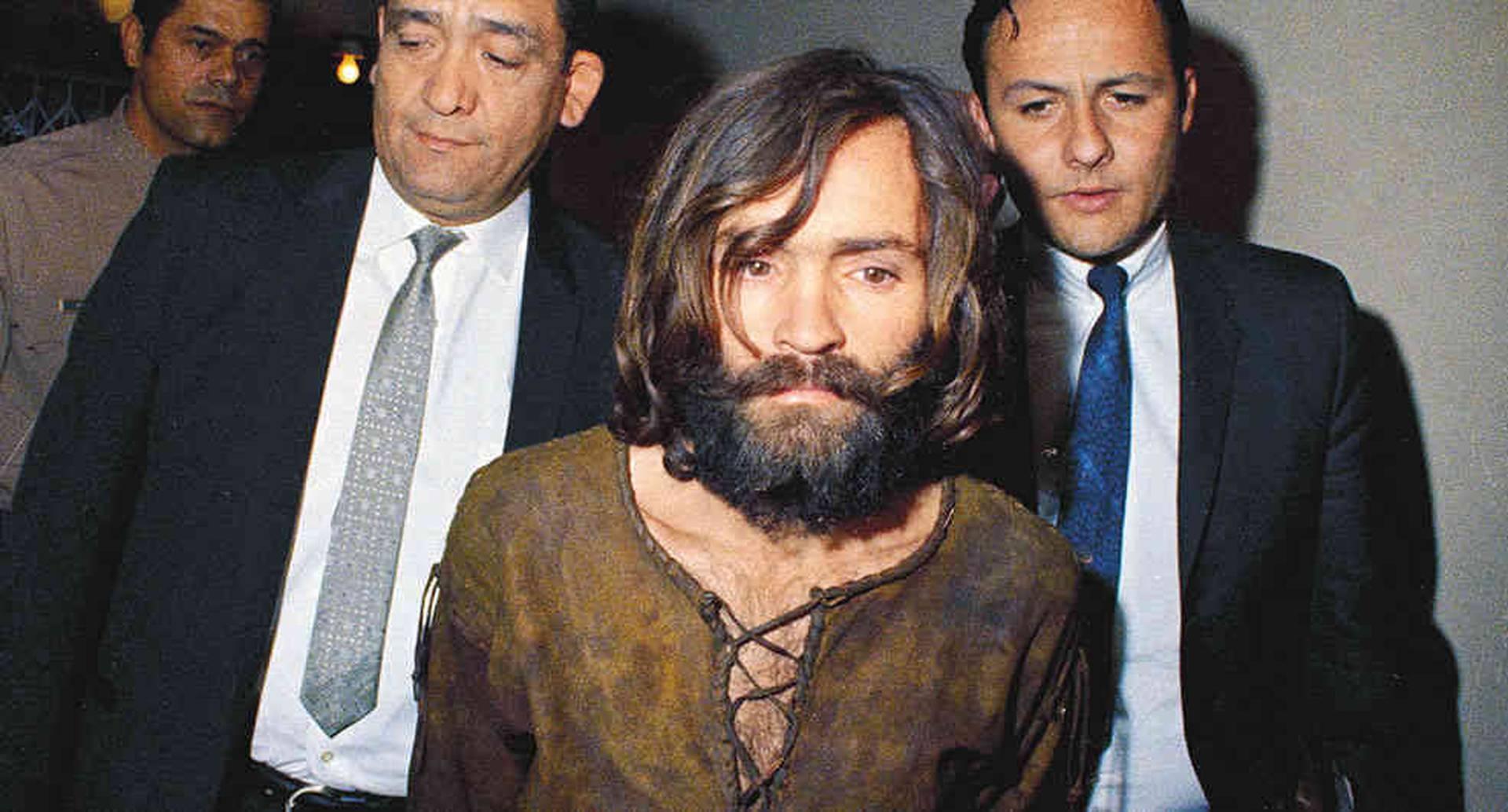 Manson, nacido en Ohio, tuvo una familia bastante disfuncional. Nunca conoció a su padre y su madre, quien lo tuvo a los 17 años, robaba. De hecho, obtuvo su famoso apellido de un padrastro.