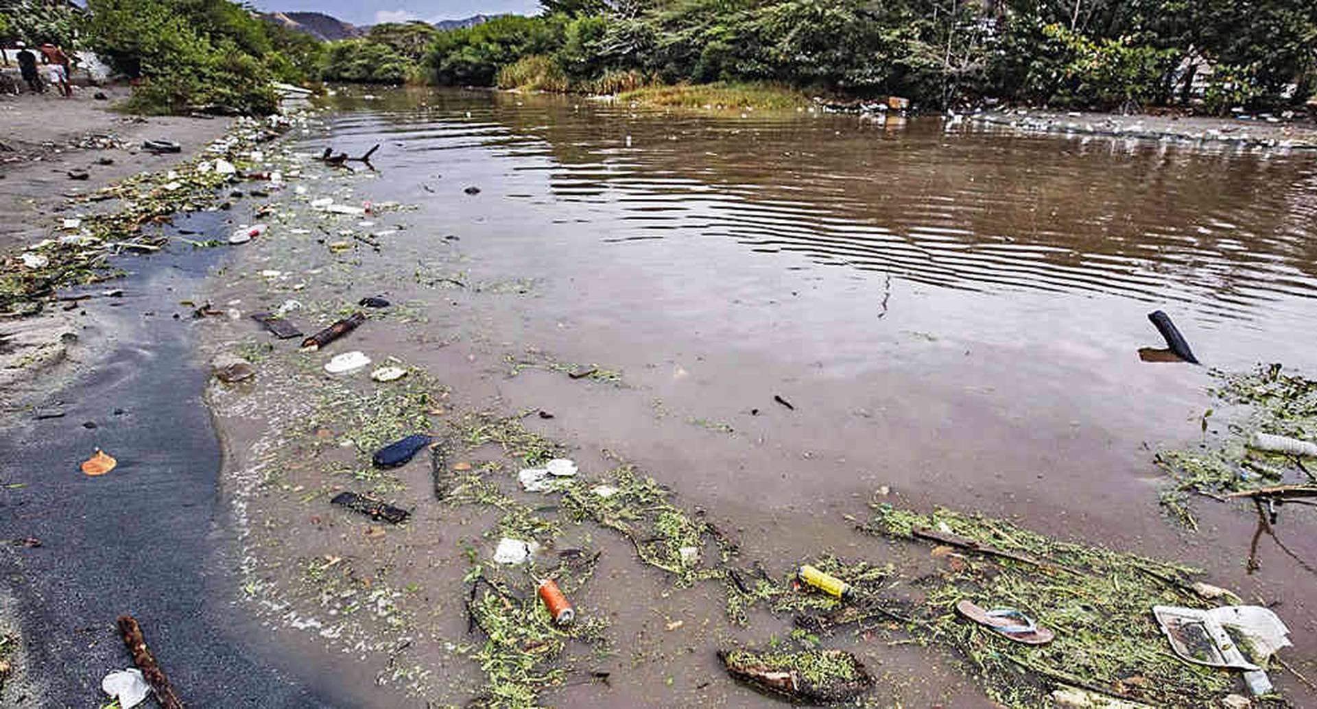 El río Manzanares arrastra las basuras de los habitantes de Santa Marta y sus alrededores. Eso ha llevado a que sus aguas tengan altos niveles de contaminación y sean impotables.