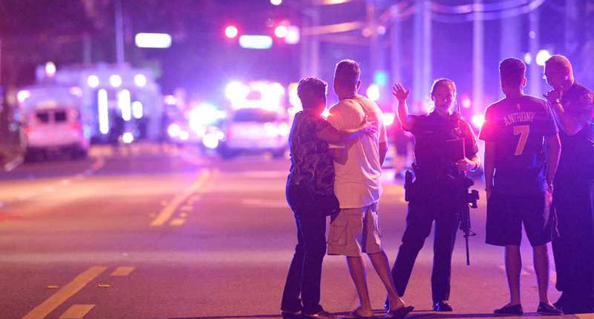 El tiroteo ocurrió en la discoteca Pulse, en Orlando, Florida. Es la peor masacre dentro de territorio estadounidense en la historia reciente, y el peor atentado desde el 11 de septiembre. Murieron 50 personas y otras 53 resultaron heridas, según los primeros reportes, la mayoría son de origen hispano. Foto: AP.