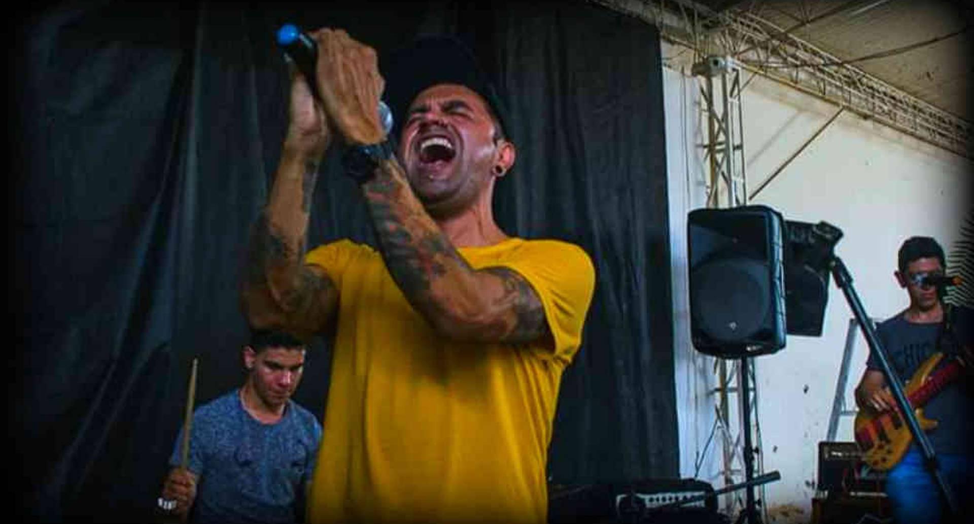 Fabián Castro, vocalista de la agrupación Dafne Marahuntha, cerró el Festival Chaparral Quiere Rock entre gritos y aplausos de sus seguidores.