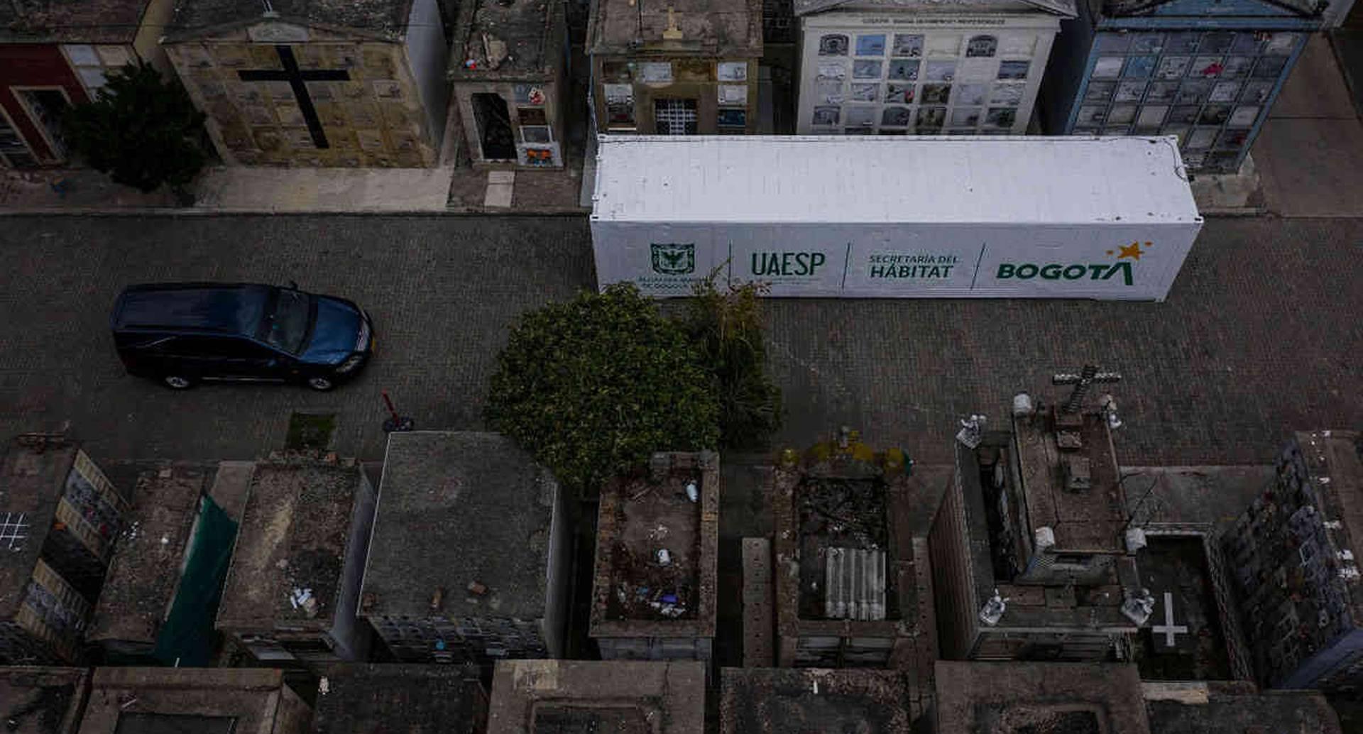 En el Cementerio del Norte fue instalado el primero de los tres contenedores refrigerados con los que la Uaesp hace frente a la emergencia por covid-19 en Bogotá. Foto: Esteban Vega/SEMANA