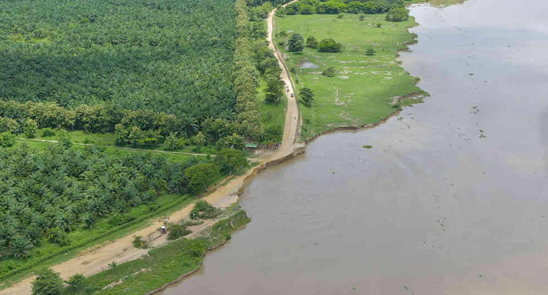 Punto entre Salamina y El Piñón, en el Magdalena, en el que el río está a punto de romper la carretera por completo.