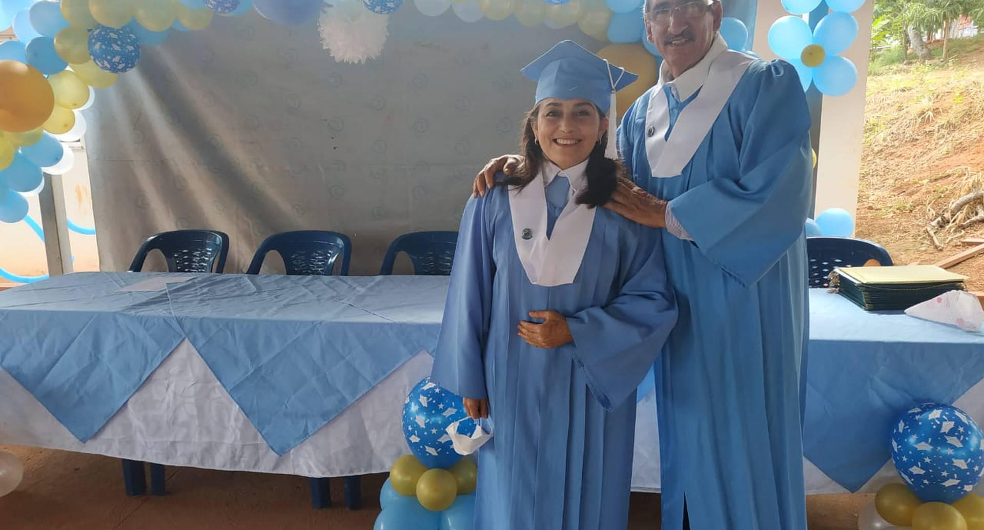 Juián Conrado, excombatiente de las Farc, se graduó de bachiller..