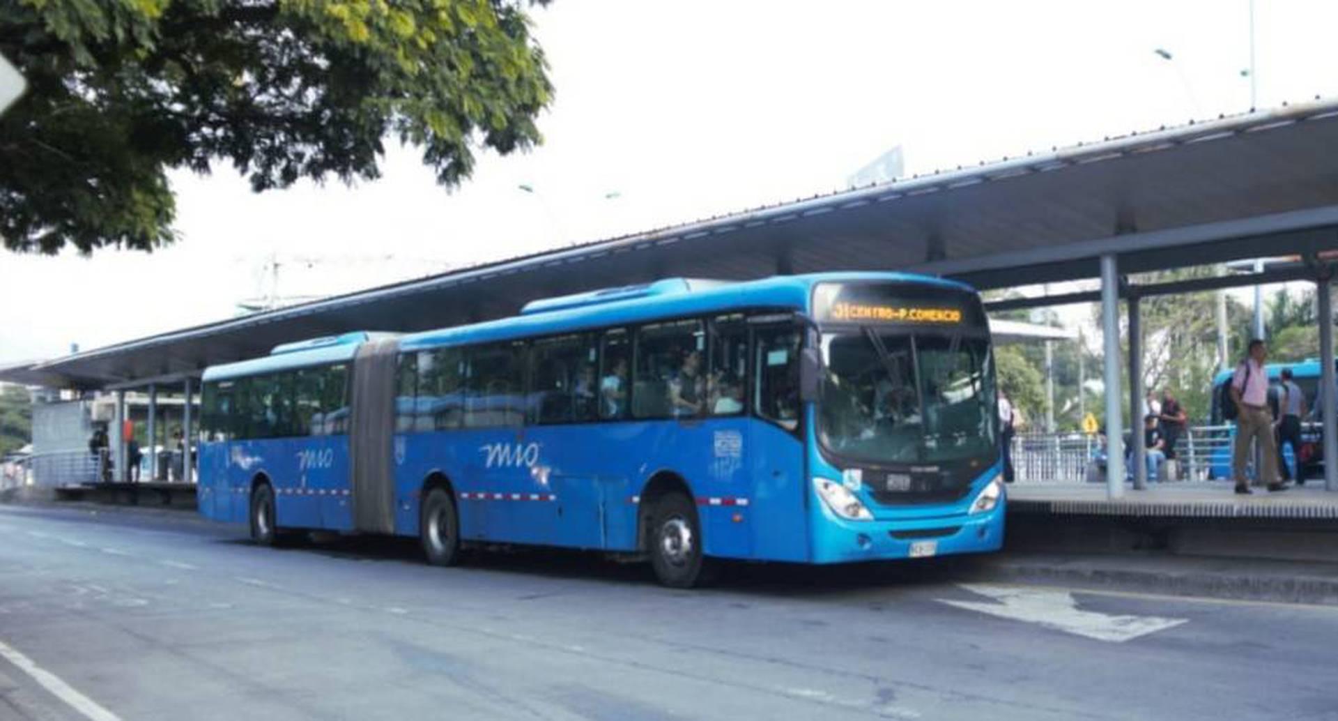 Buses del MIO en la estación Versalles, norte de Cali.