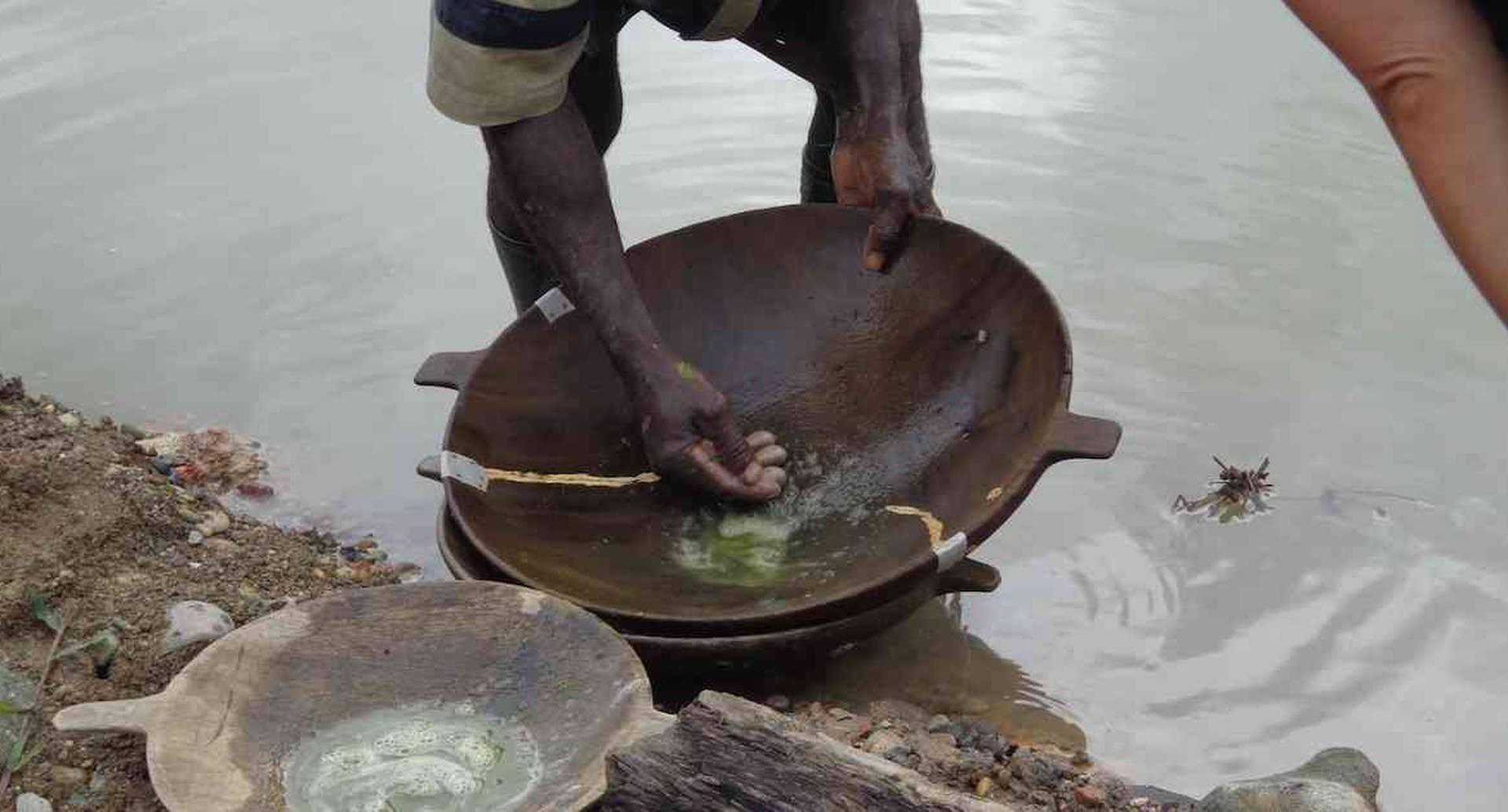 La minería artesanal e ilegal continúa virtiendo mercurio en suelos y fuentes de agua  en búsqueda de oro. Foto: Codechocó
