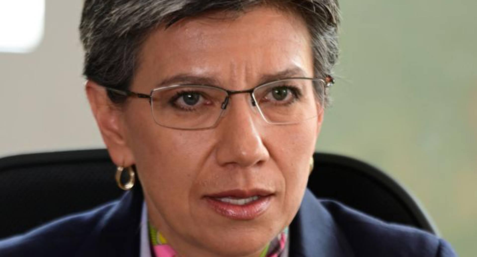 Claudia López tiene un apoyo poco frecuente para alcaldes en Bogotá. Pero la clase política la critica desde izquierda y derecha.
