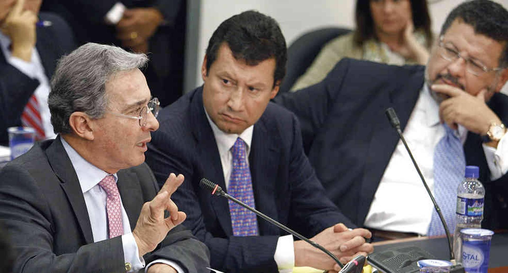 La detención domiciliaria a Álvaro Uribe implica también su suspensión como senador. El expresidente con sus abogados titulares, Jaime Granados y Jaime Lombana, se concentrará en defenderse ante la Sala de Instrucción de la Corte Suprema | Esto es lo que sigue para Álvaro Uribe Vélez y su proceso | Colombia hoy