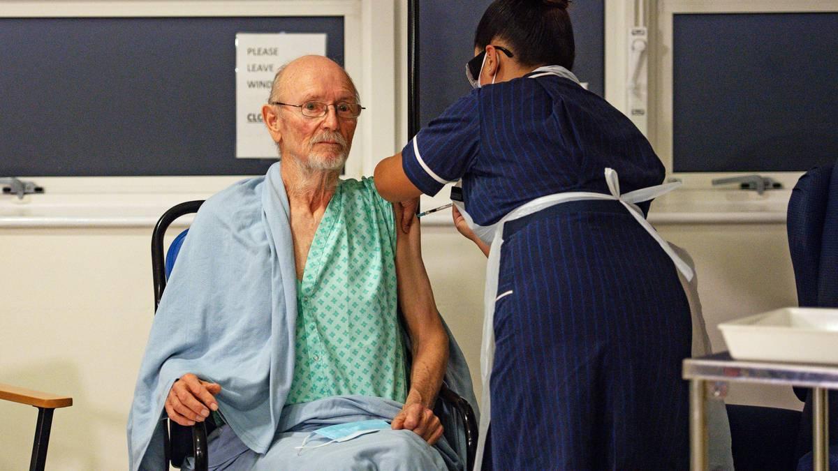 """Una enfermera administra la vacuna Pfizer-BioNtech Covid-19 al paciente William """"Bill"""" Shakespeare (izquierda), de 81 años, en el Hospital Universitario de Coventry, en el centro de Inglaterra, el 8 de diciembre de 2020. - Gran Bretaña el 8 de diciembre aclamó un punto de inflexión en el lucha contra la pandemia de coronavirus, ya que comienza el programa de vacunación más grande en la historia del país con un nuevo pinchazo de Covid-19. (Foto de Jacob King / POOL / AFP)"""