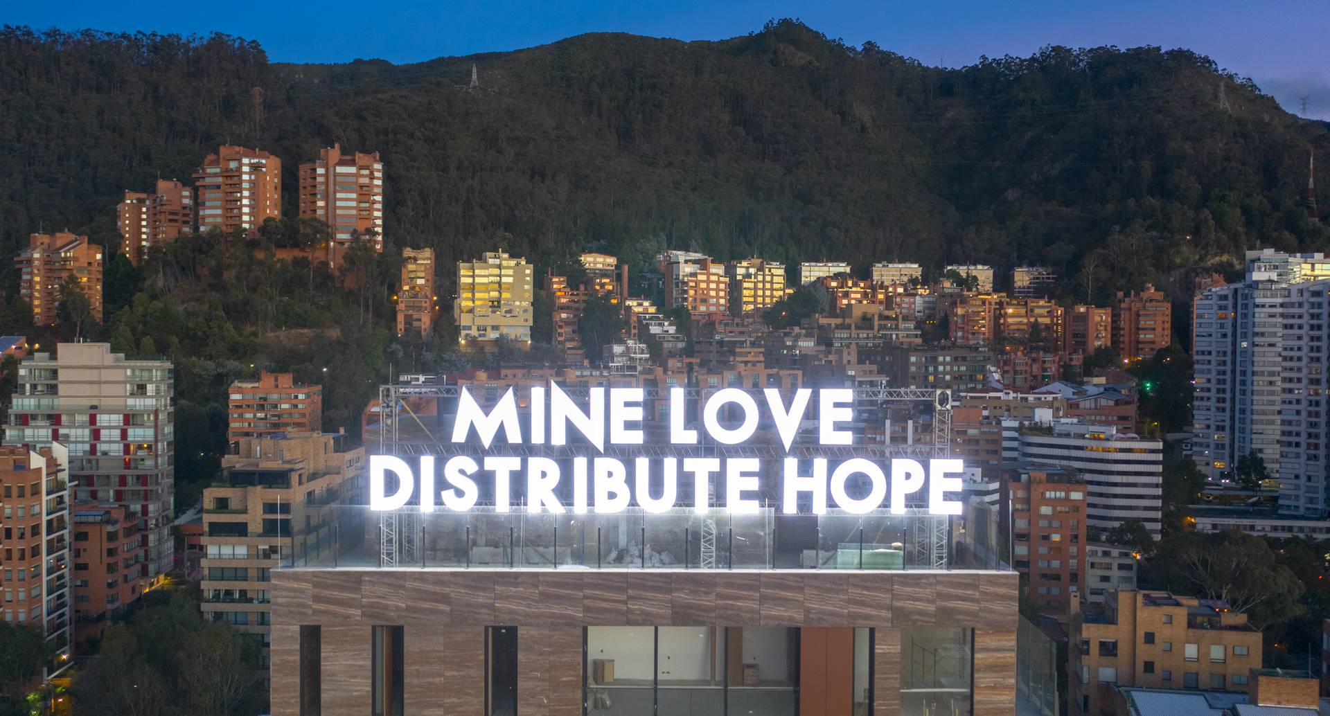 """Mine love distribute hope"" de Robert Montgomery en Bogotá. Cortesía de Barcú y el British Council."