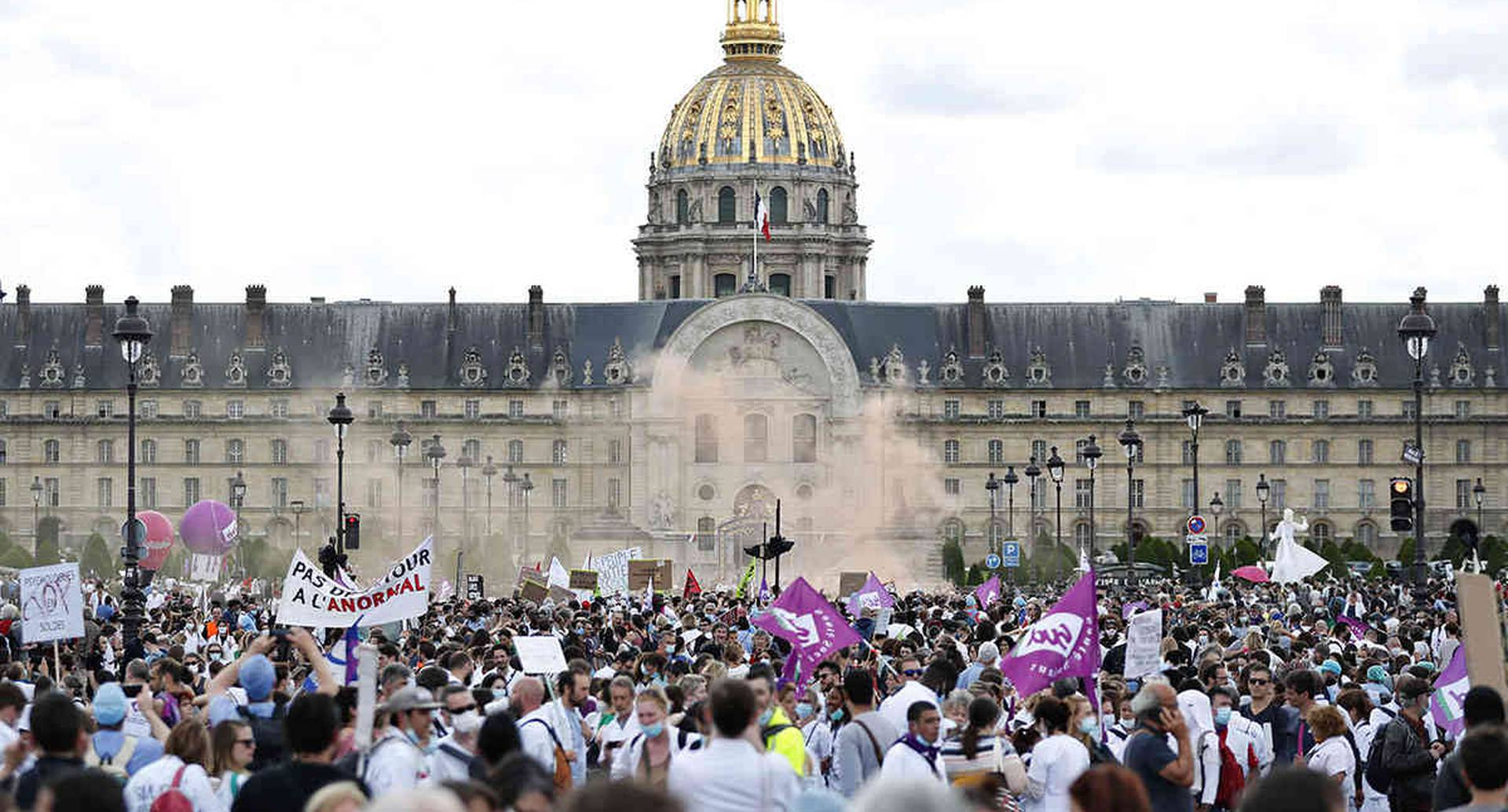 Los trabajadores del hospital marchan durante una manifestación, el martes 16 de junio de 2020 en París. Foto AP / Thibault Camus