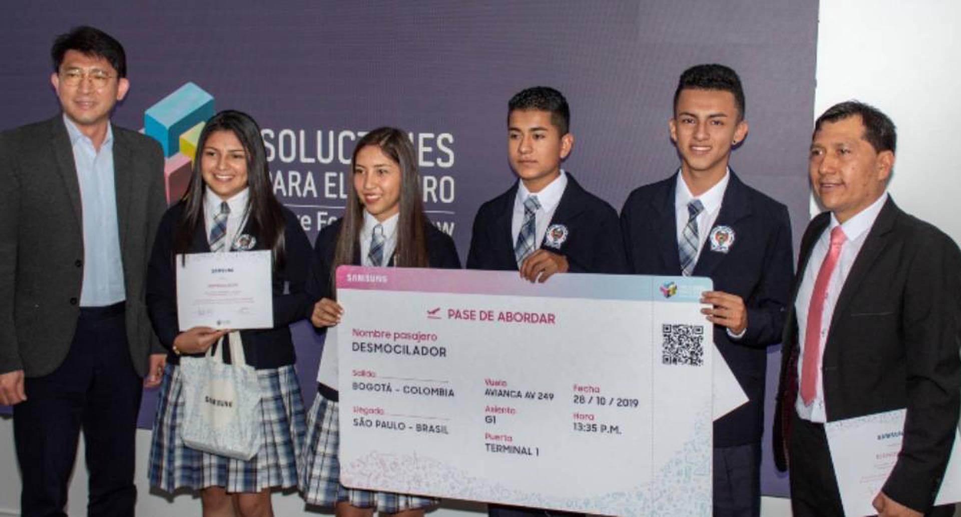 Los estudiantes recibieron el premio de manos del presidente de Samsung Colombia, Mr. Young Kim.