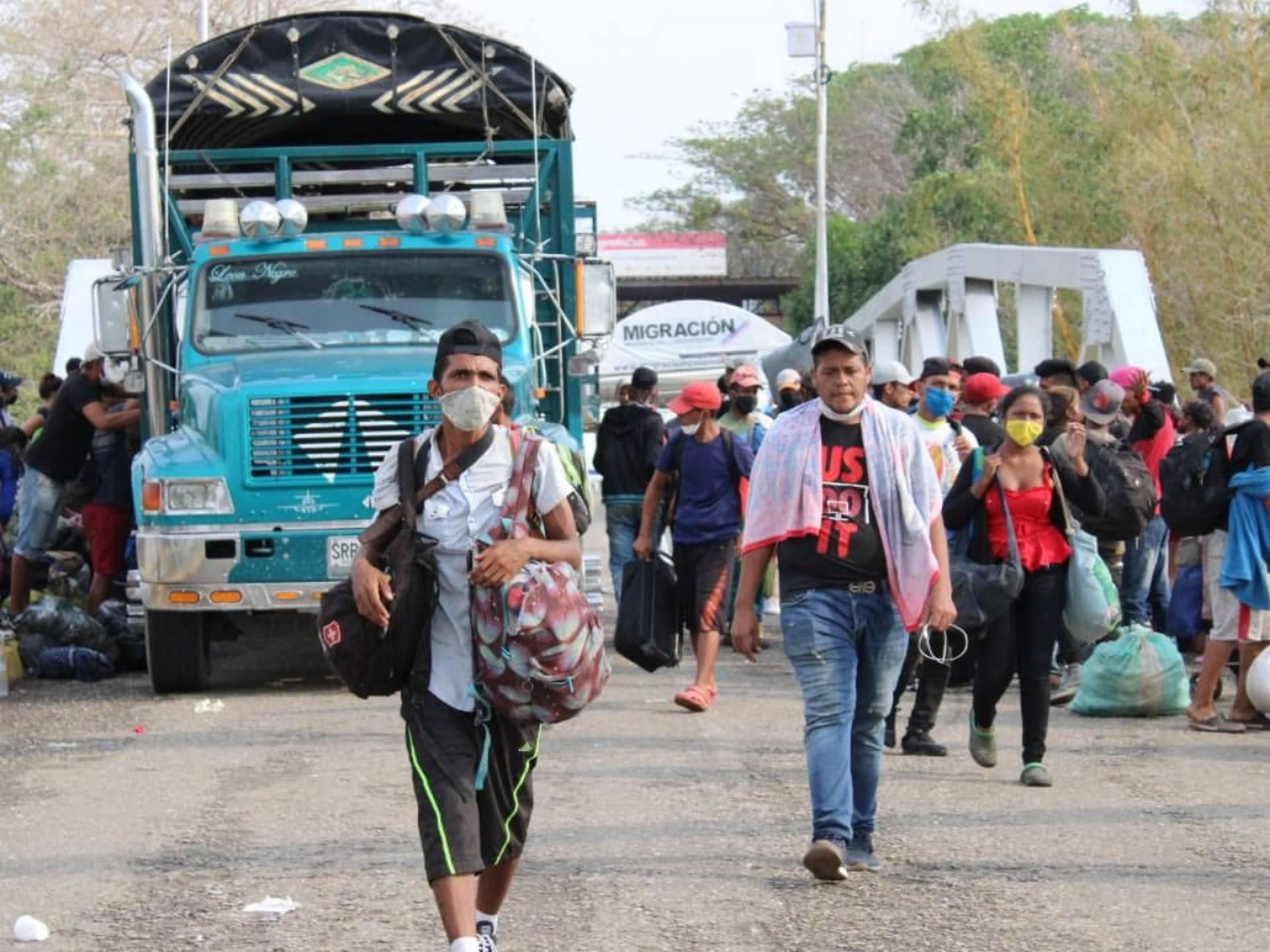 Escasez crónica de gasolina obliga a venezolanos a usar burros