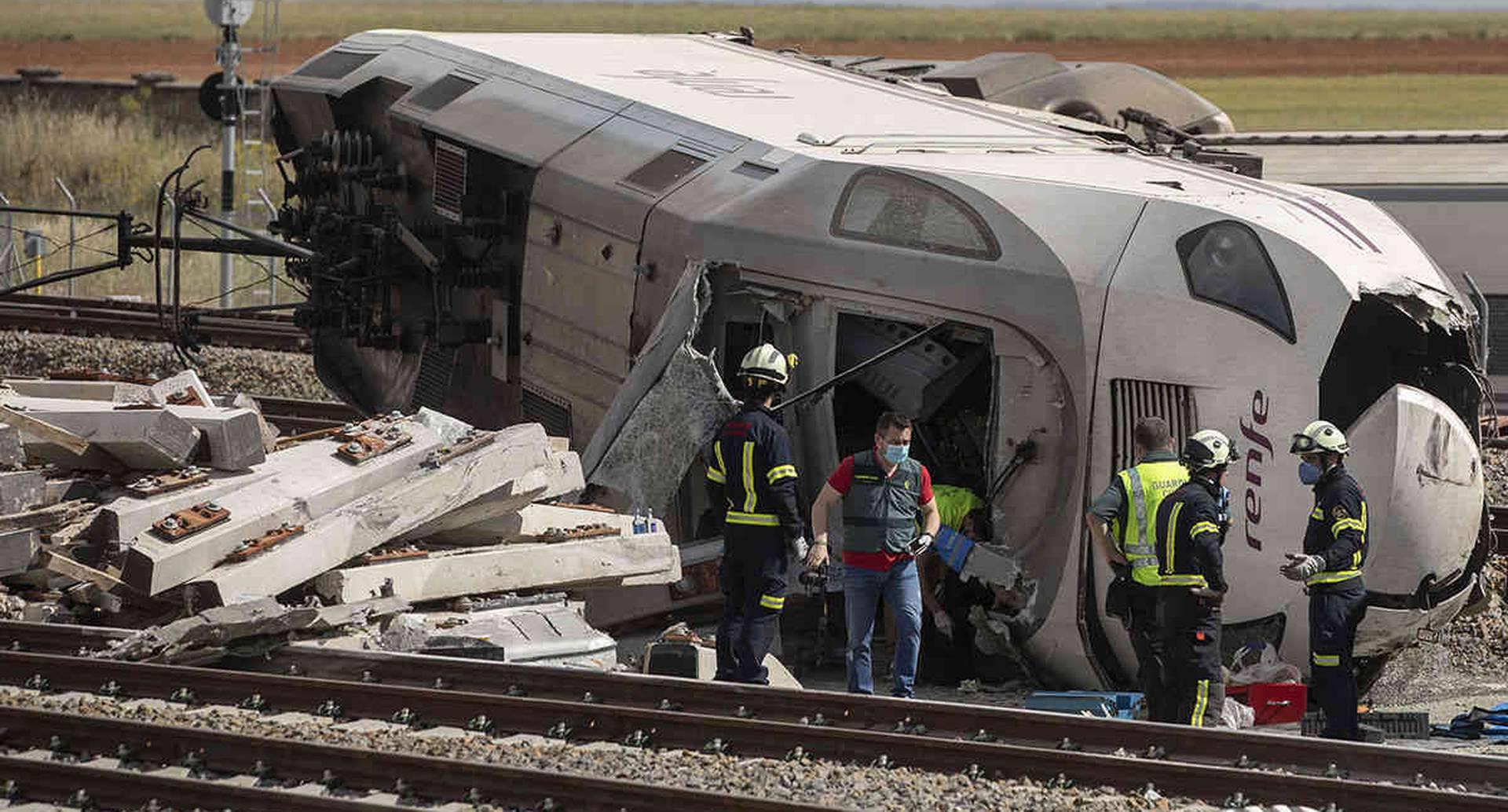 Un vehículo todo terreno cayó en las vías del tren en Zamora, España. El suceso, ocurrido el 2 de junio, provocó un aparatoso accidente que requirió la presencia de los bomberos y la Guardia Civil. Foto: Emilio Fraile / AP