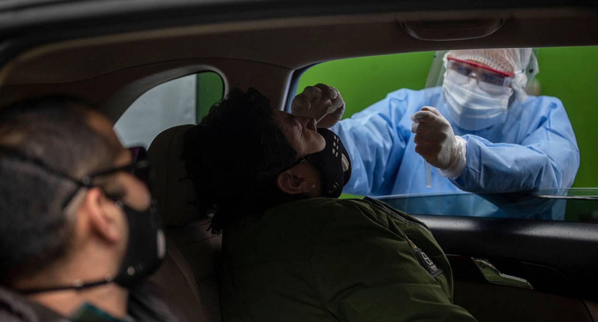 El Drive Thru es un punto de toma de muestras para covid-19 que funciona al norte Bogotá. Lo práctico de este servicio es que el exámen se toma desde la comodidad del vehículo del paciente. Foto: Esteban Vega La Rotta / SEMANA.