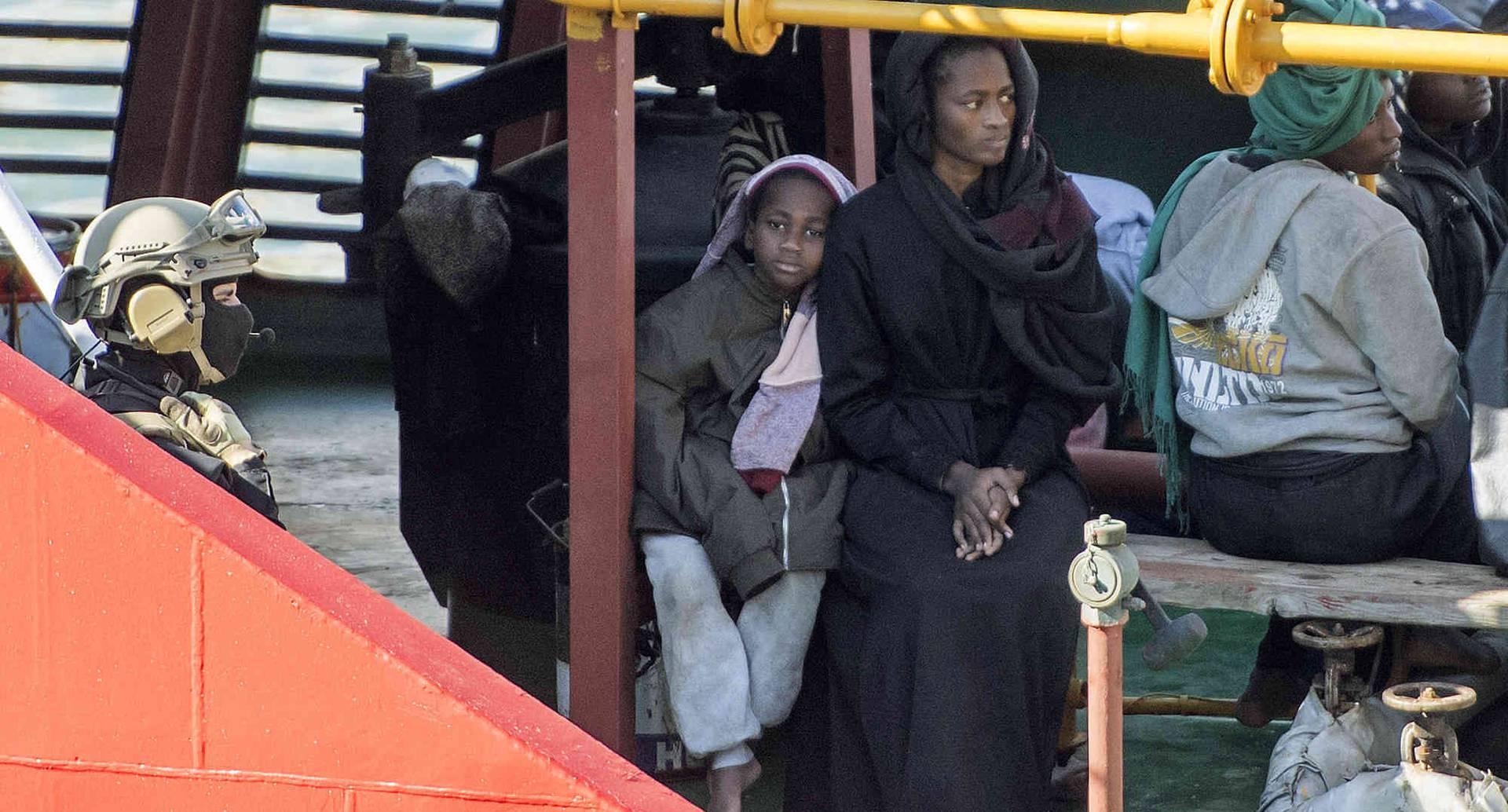 La mujer espera a que le resuelvan su situación migratoria. Su hijo, menor de edad, podría ser retenido por organizaciones europeas y separado de ella. Foto: Rene' Rossignaud/AP.