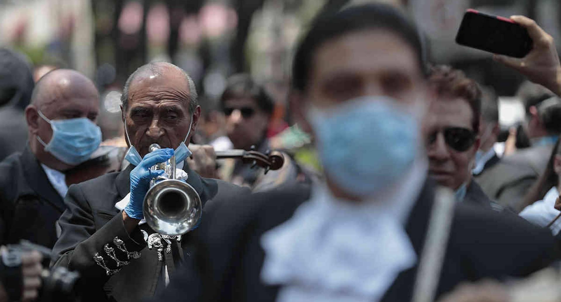 Miembros de Asociación Mexicana de Mariachis tocaron para los pacientes y médicos en el Instituto Nacional de Enfermedades Respiratorias, en Ciudad de México, el 7 de abril pasado. Buscaban recaudar dinero para los mariachis sin trabajo, en medio de la crisis por el covid-19. Foto: Eduardo Verdugo/ AP