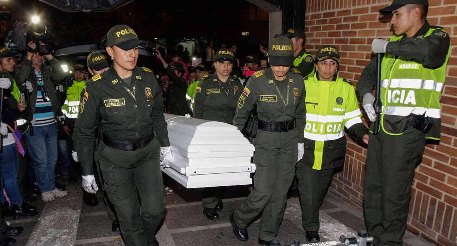 En medio de una calle de honor varias policías cargan el féretro de la niña Yuliana Samboní, de siete años de edad, en la Funeraria Los Olivos, el martes 6 de diciembre de 2016 en Bogotá. Foto: Carlos Julio Martínez / SEMANA