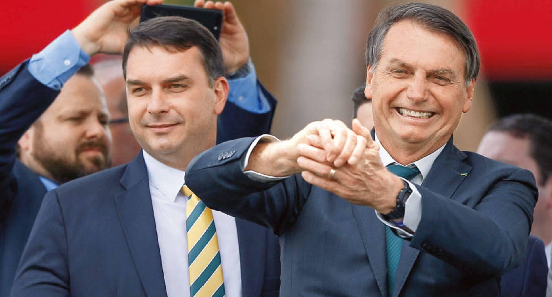 Flávio Bolsonaro, Senador por Río de Janeiro, y su padre, Jair Bolsonaro. Con tantos enemigos fraguados con justa razón, e incluso ante la posibilidad de ser destituido por los procesos en su contra, Bolsonaro ha volcado su poder para proteger a su familia. Pero esta tampoco está exenta de polémicas y graves acusaciones.