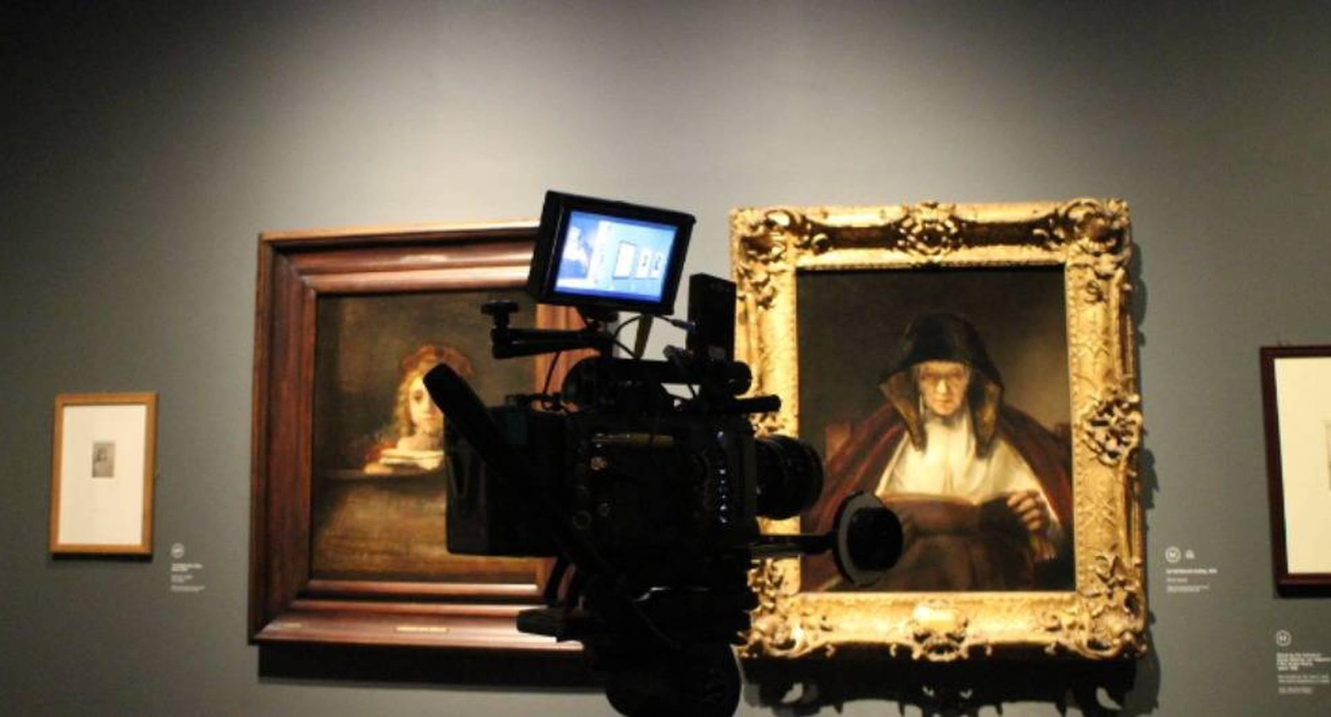 """Grabación de """"Una mujer vieja leyendo"""" (1655) de Rembrandt. Cortesía Exhibition On Screen."""