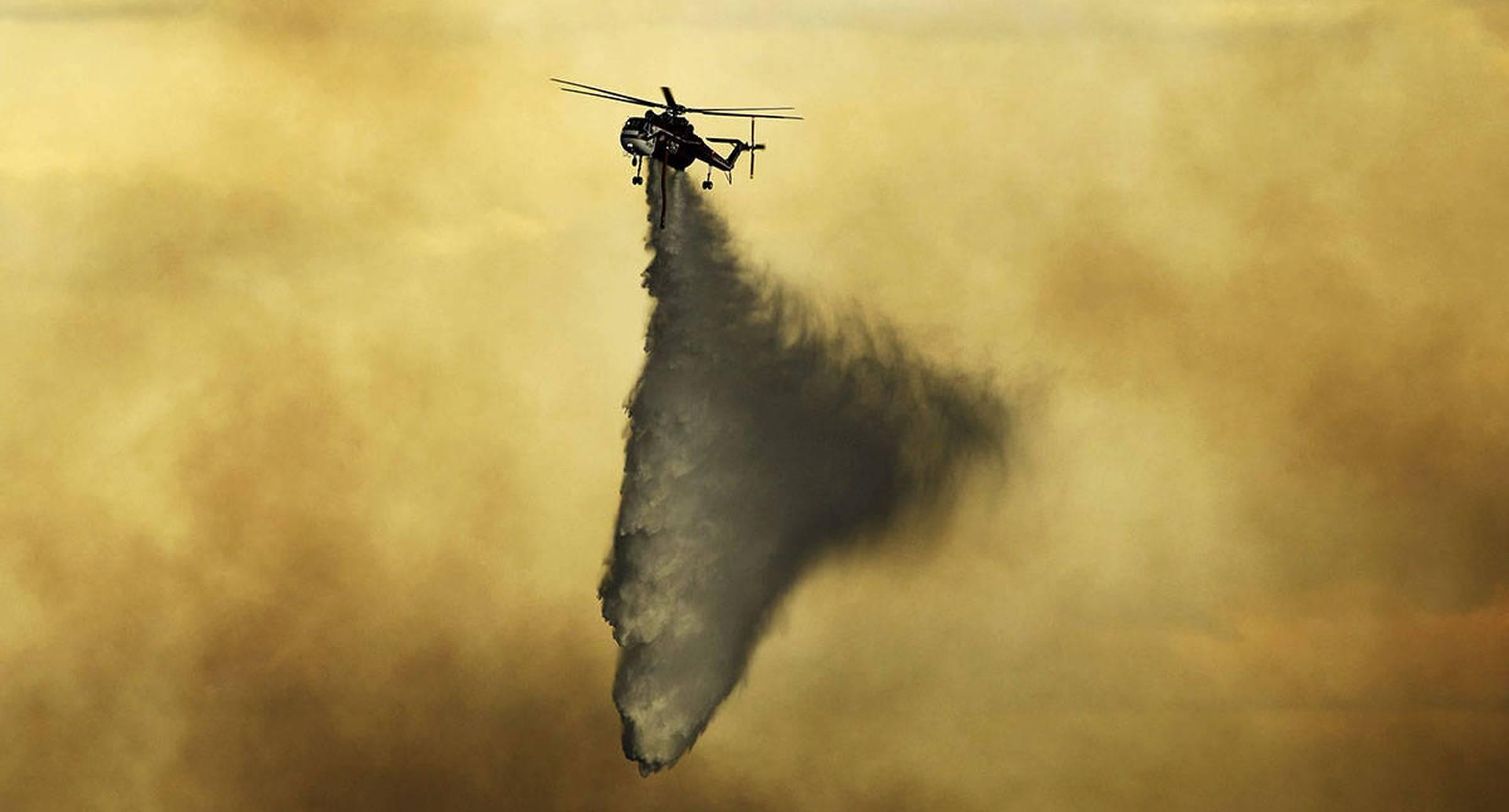 Incendio forestal cerca de Evergreen, Colorado. Imagen del 13 de julio. Las lluvias y el clima favorable presentado el día siguiente dieron esperanza a los bomberos que intentaban contener los llamas. La emergencia forzó la evacuación de unos mil residentes en el área. Foto: RJ Sangosti / The Denver Post a través de AP