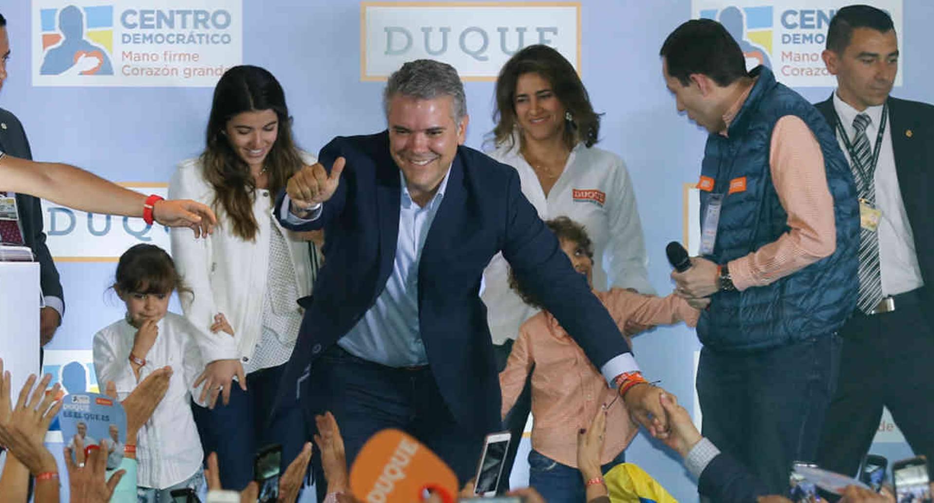 Iván Duque celebrando su victoria en la consulta del 11 de marzo.