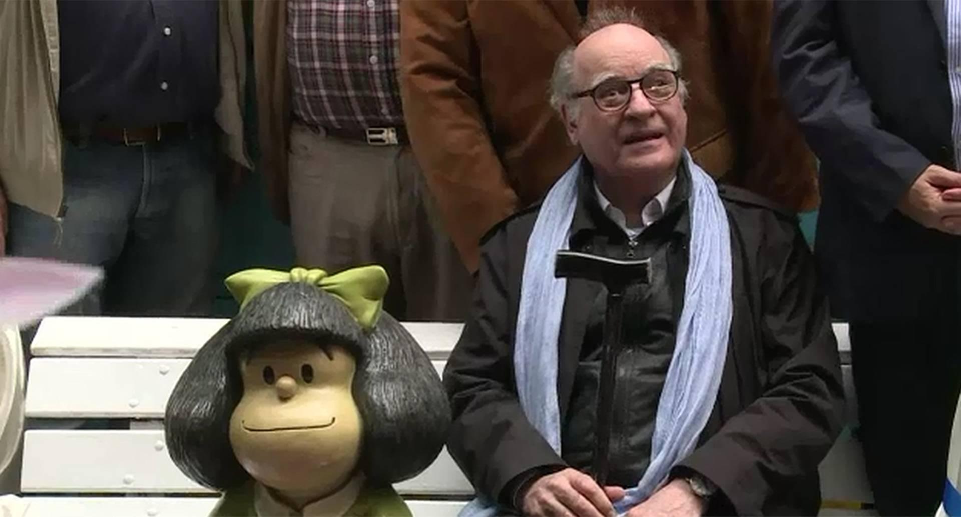 Con un pastel, música y la compañía de vecinos, Quino, el creador de Mafalda, celebró el 50º aniversario de su mítico personaje en una plaza de San Telmo.