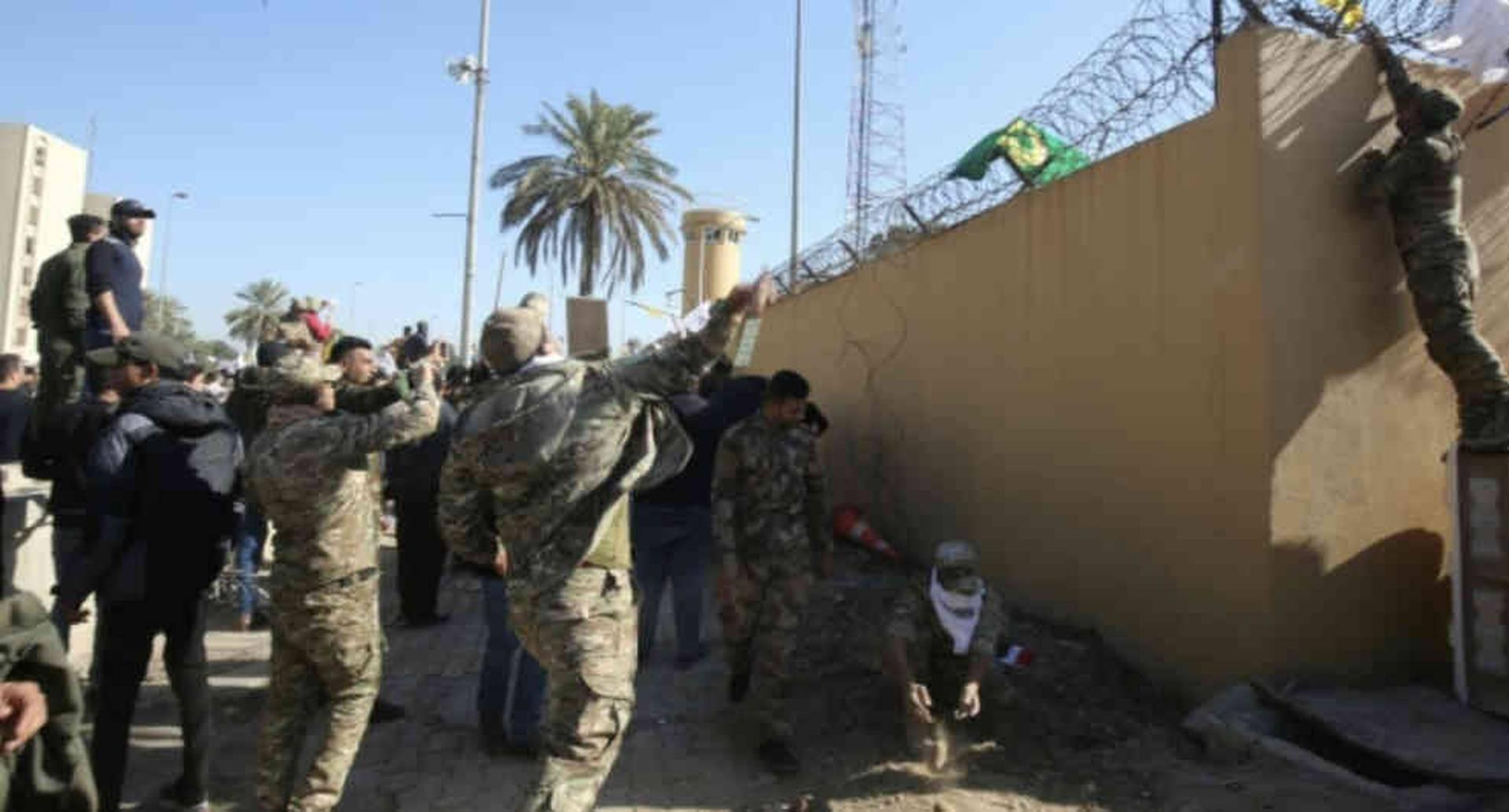 Foto de otro reciente ataque en inmediaciones de la embajada de Estados Unidos en Irak.