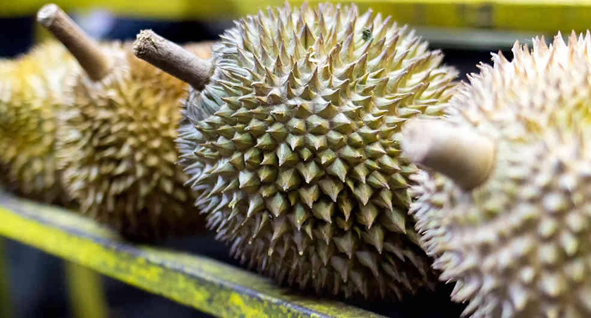 El durian es una de las frutas más comunes en los mercados de Indonesia.