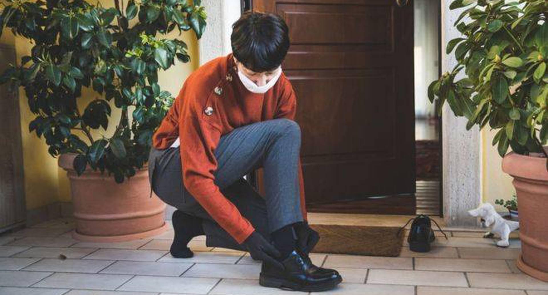 Debido al coronavirus, algunas personas han considerado quitarse los zapatos antes de entrar en sus hogares.