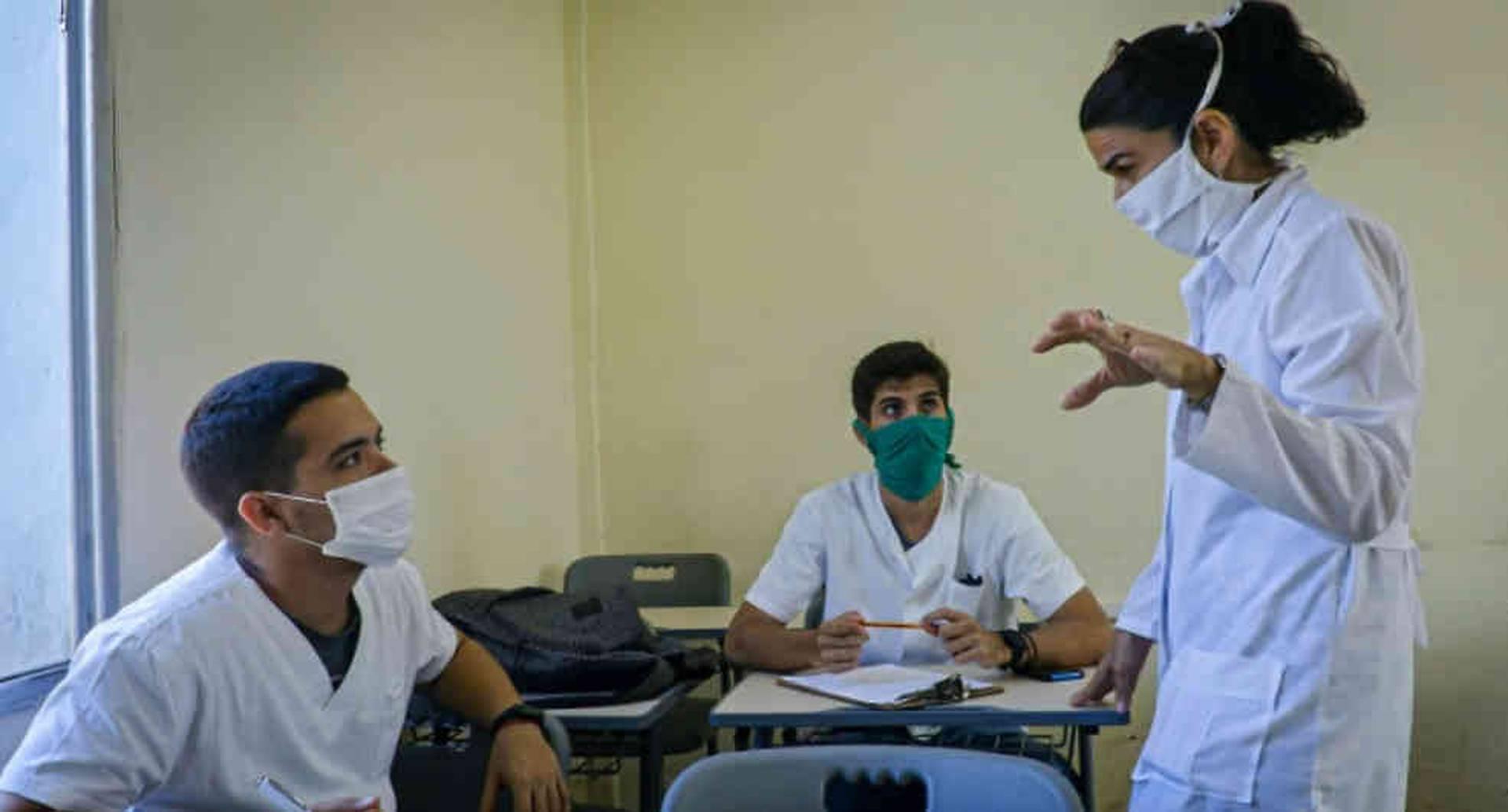 Lizz Caballero y sus estudiantes han tenido que dejar de lado las aulas por la pandemia.