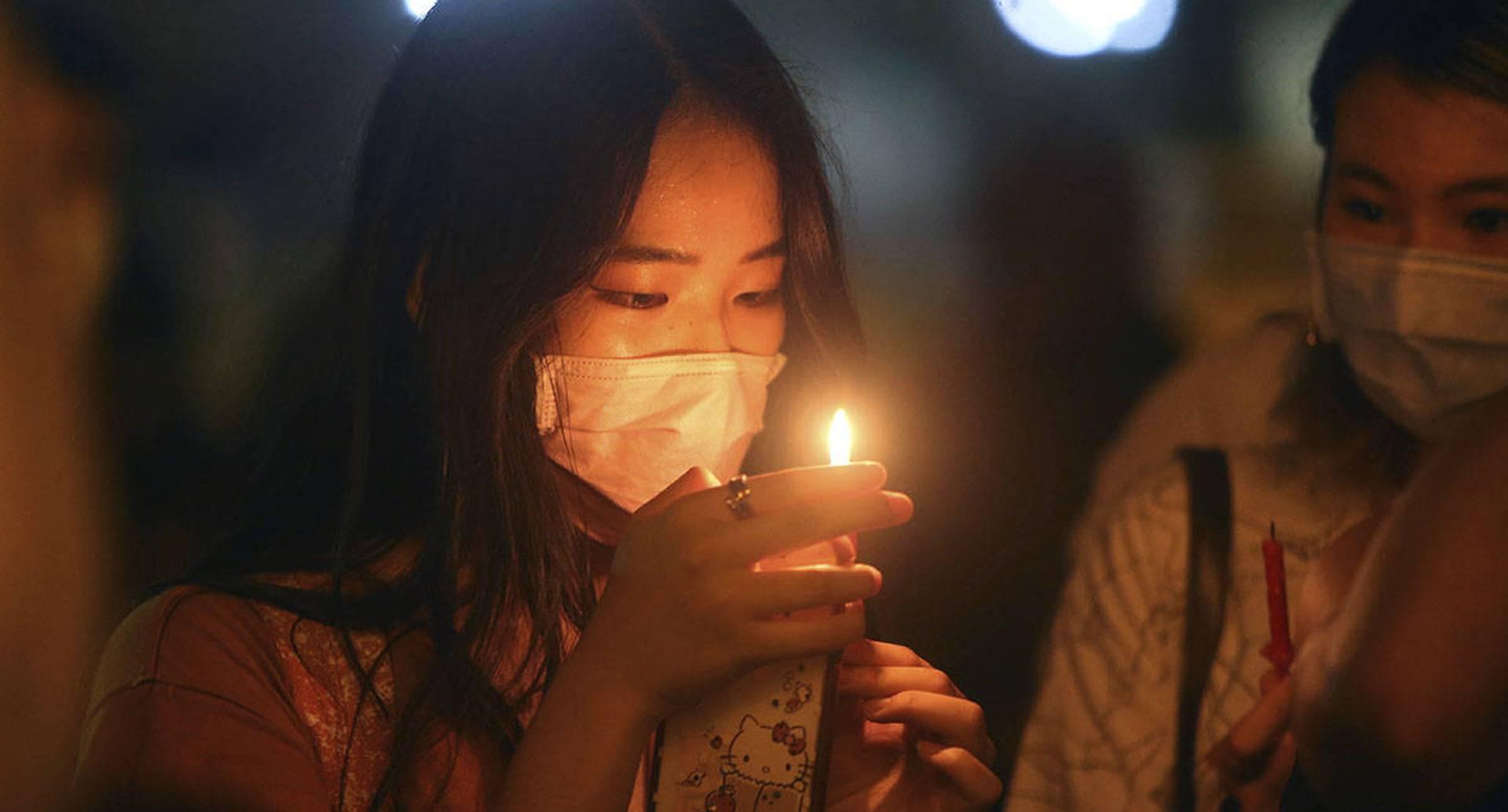 Cientos de participantes asisten a una vigilia a la luz de las velas en la Plaza de la Democracia en Taipei, Taiwán, el jueves 4 de junio de 2020, para conmemorar el 31 aniversario de la represión militar china contra el movimiento prodemocrático en la Plaza Tiananmen de Beijing. (Foto AP / Chiang Ying-ying)