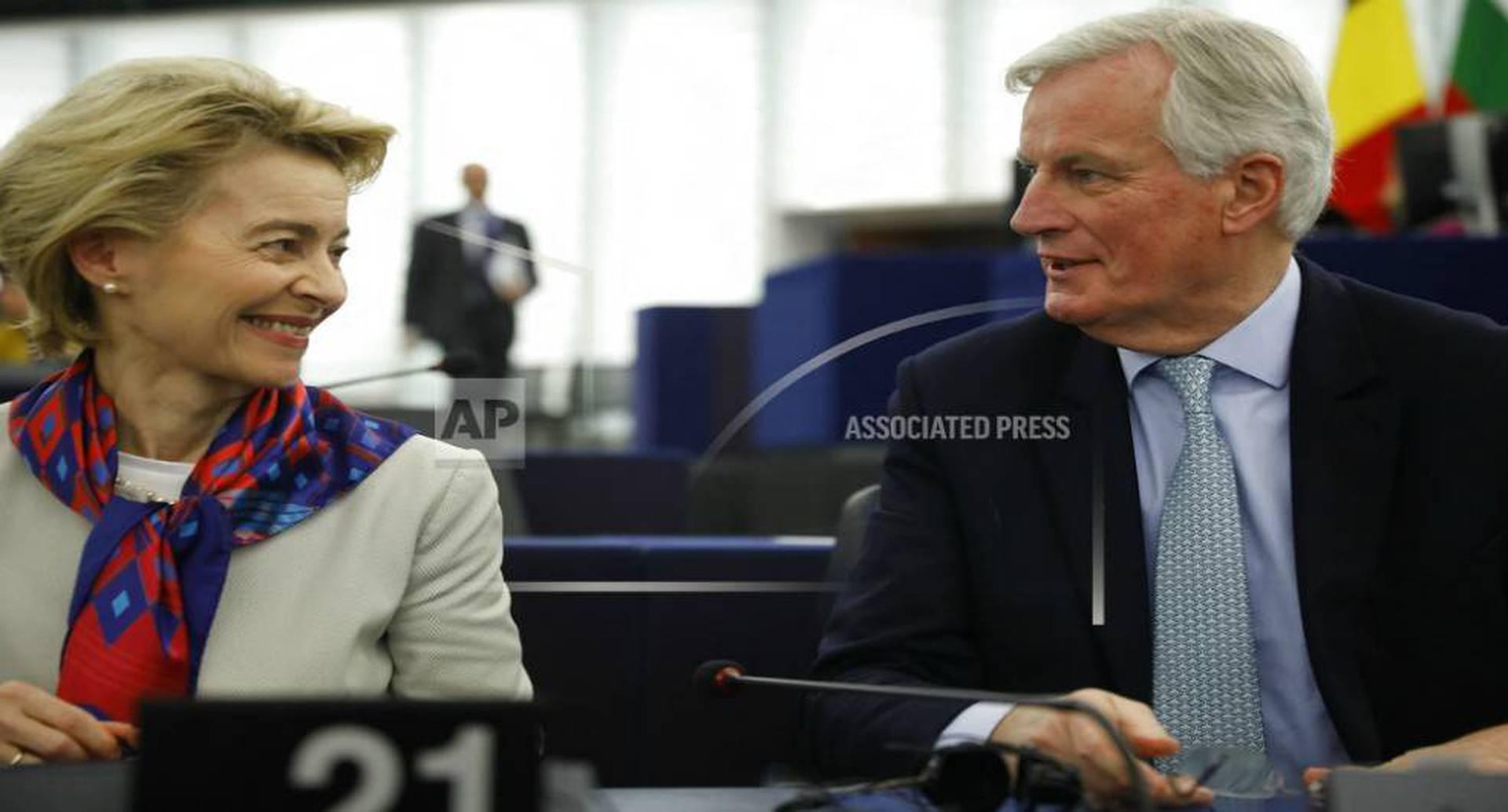 La presidente de la Comisión Europea conversa con el negociador del Brexit Michel Barnier en el Parlamento Europeo, Estrasburgo, Francia, martes 14 de enero de 2020. Foto: Jean-Francois Badias/ AP.