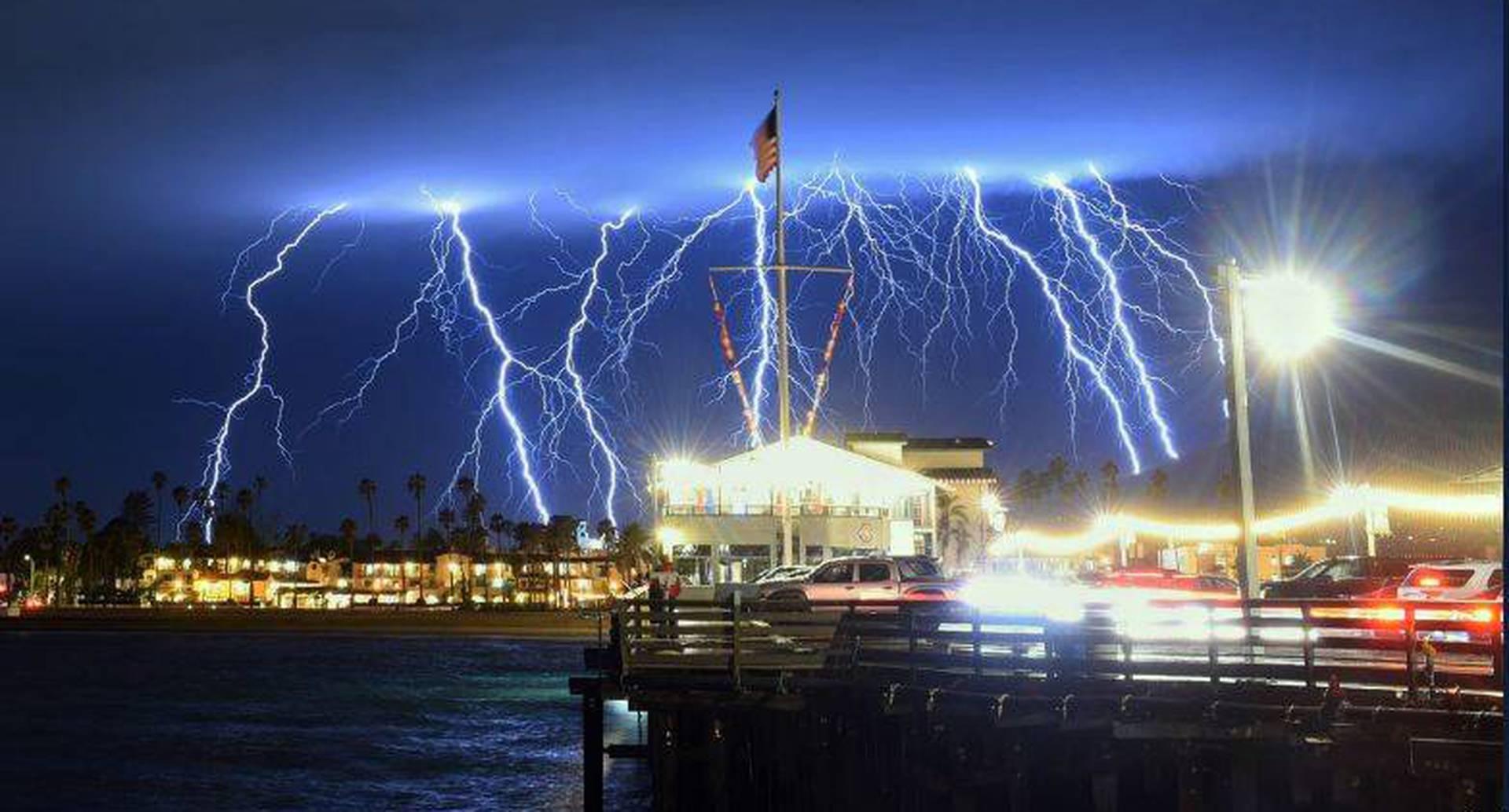 5 de marzo - Rayos y relámpagos iluminan Santa Barbara, California durante una tormenta. Las autoridades alertaron a miles de ciudadanos para que evacuaran por posibles deslizamientos de tierra. FOTO: Mike Eliason/Santa Barbara County Fire Department via AP