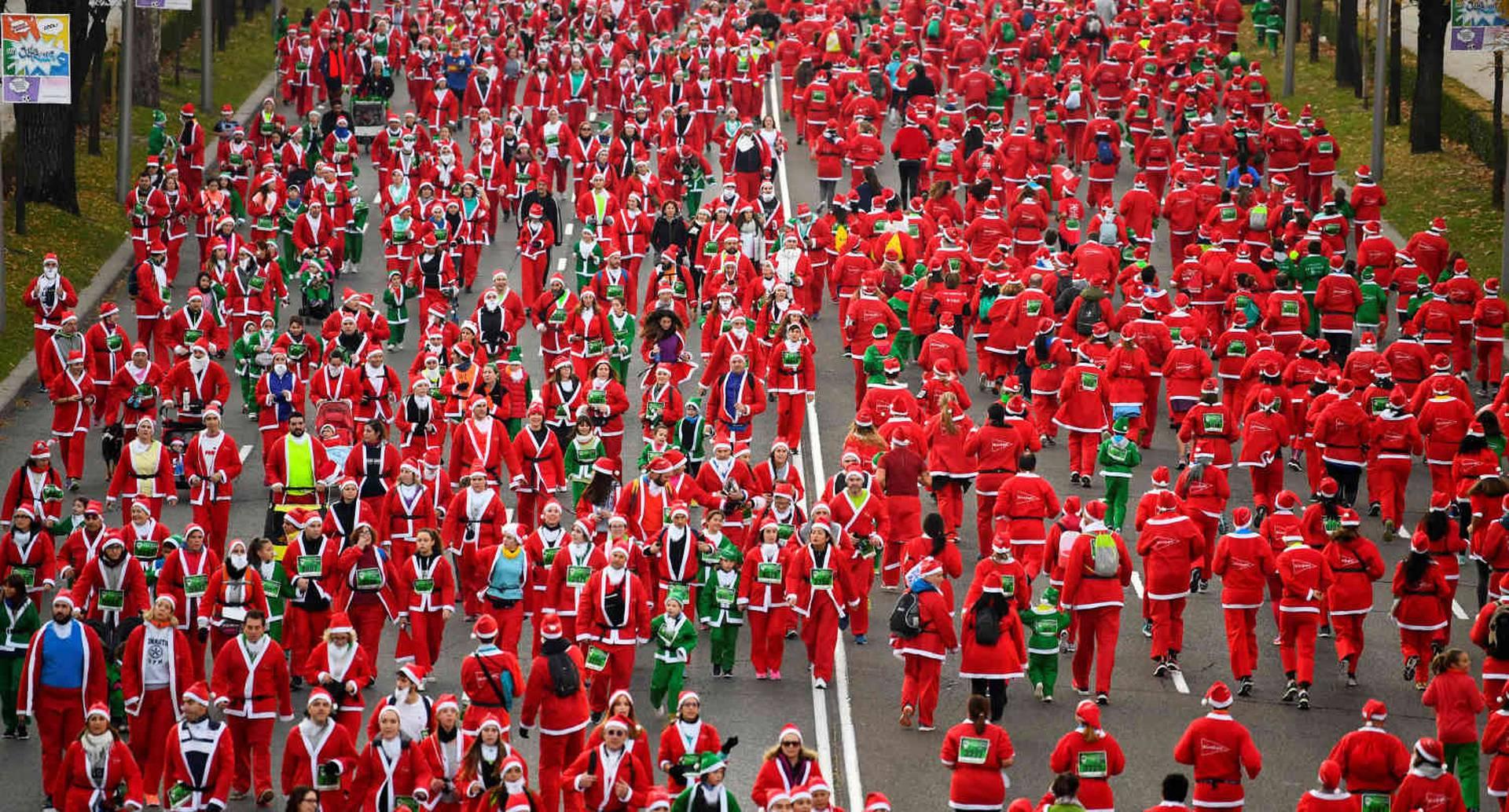 Las personas disfrazadas de Papá Noel participan en la carrera de Papá Noel en Madrid, el 9 de diciembre de 2018. (Foto por Gabriel BOUYS / AFP)