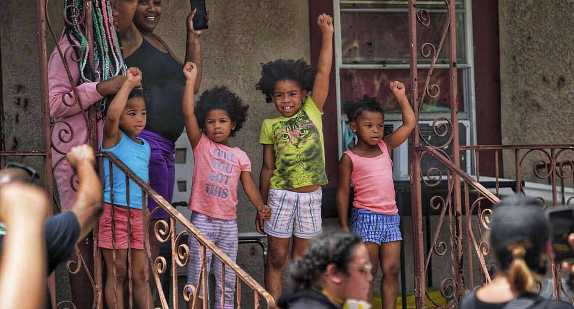 Los niños también muestran su apoyo a una marcha de Black Lives Matter el domingo 31 de mayo de 2020 en Tampa, Florida. Por segundo día consecutivo, los manifestantes salieron a las calles para protestar por la muerte de George Floyd. Foto: Martha Ascencio-Rhine / Tampa Bay Times vía AP.