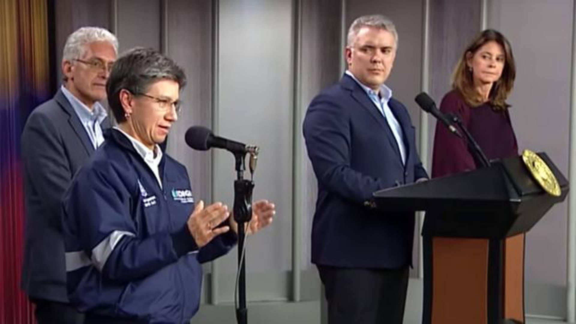 Esta imagen, tomada de una alocución sobre la pandemia presidida por Duque y la vicepresidenta, se hizo viral como supuesta prueba de que López era quien daba las órdenes.