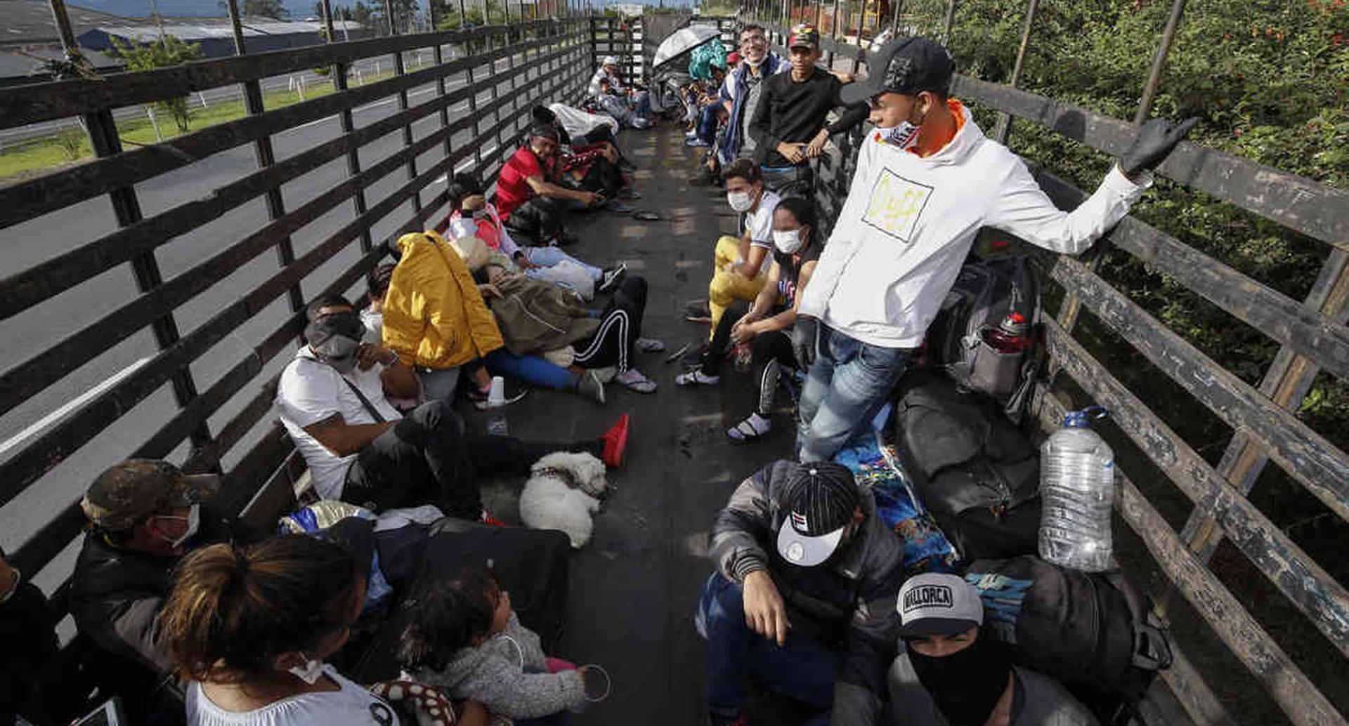 En medio de la crisis sanitaria por el covid-19, cientos de venezolanos residentes en Ecuador, Chile, Perú y Colombia han decidido retornar a su país. De acuerdo con los datos de Migración Colombia, más de 1 millón 825 mil venezolanos se encuentran en Colombia y unos 357.667 están ubicados en la capital. Foto: Guillermo Torres/ SEMANA