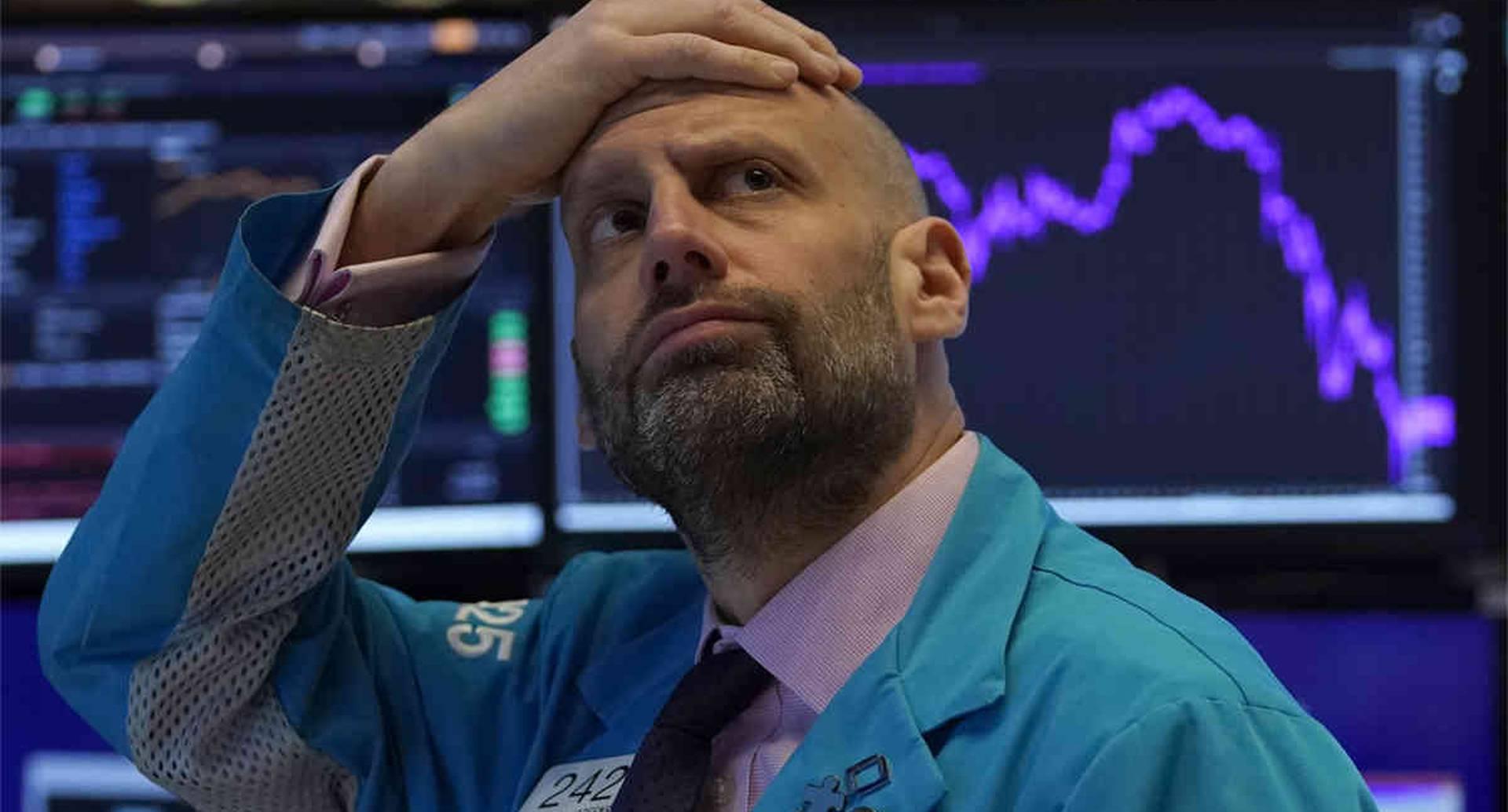 El comercio en Wall Street se detuvo temporalmente a principios del 9 de marzo de 2020, cuando las acciones estadounidenses se unieron a una derrota global por la caída de los precios del petróleo y la creciente preocupación por el coronavirus. Meric Greenbaum, administrador de mercado,  luce preocupado. Foto: Timothy A. Clary/ AFP.
