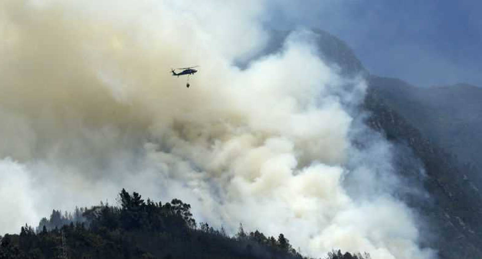 Cinco helicópteros transportan agua para sofocar las llamas.