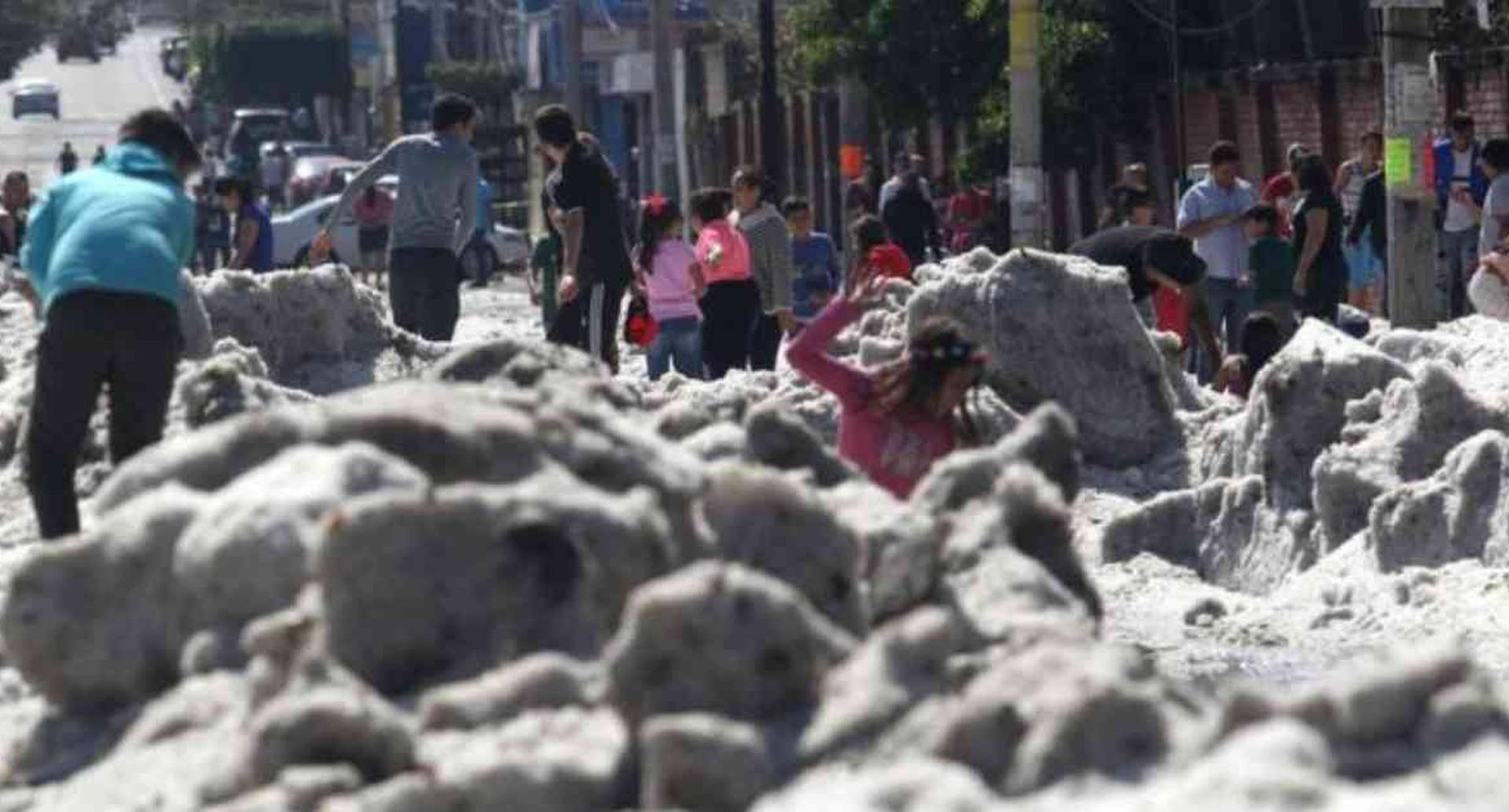 Una inusual granizada cubrió algunas áreas de la zona metropolitana de Guadalajara. Foto: AFP.