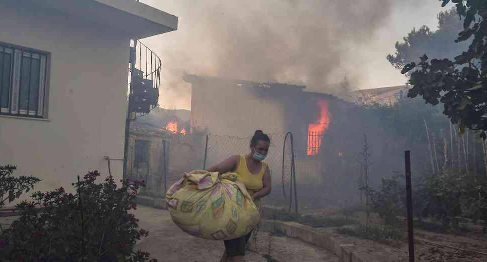 Incendio en campamento en Grecia deja a miles de migrantes sin refugio.
