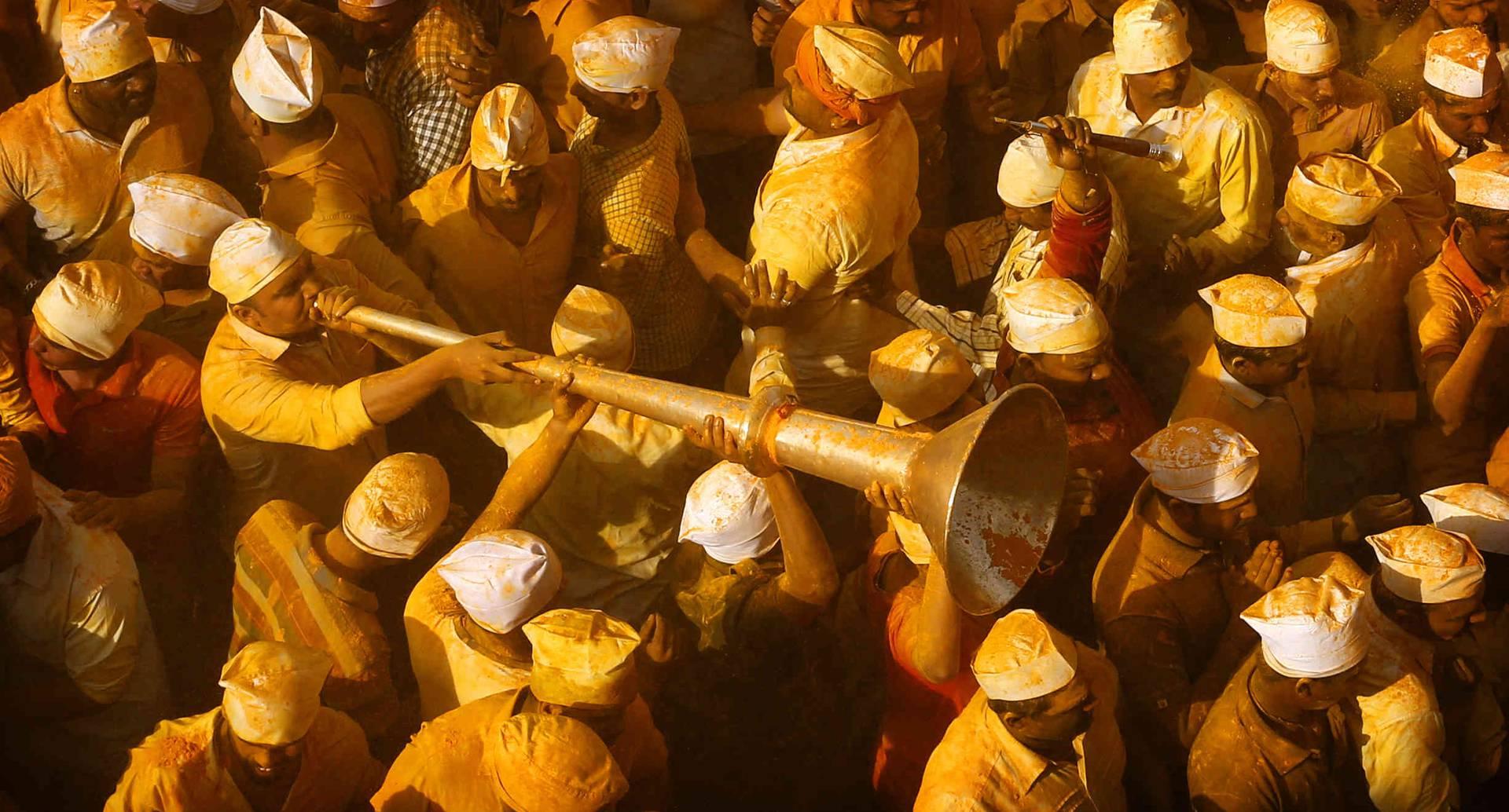 3 de junio - Un devoto toca un cuerno entre la multitud que se reunió durante la celebración del Festival de Bhandara, o el Festival de la Cúrcuma, en el templo de Jejuri en India. Durante el festival, los devotos usan el polvo dorado para adorar a la deidad, el Señor Khandoba, ampliamente conocido como descendiente del sol. FOTO: Rafiq Maqbool / AP