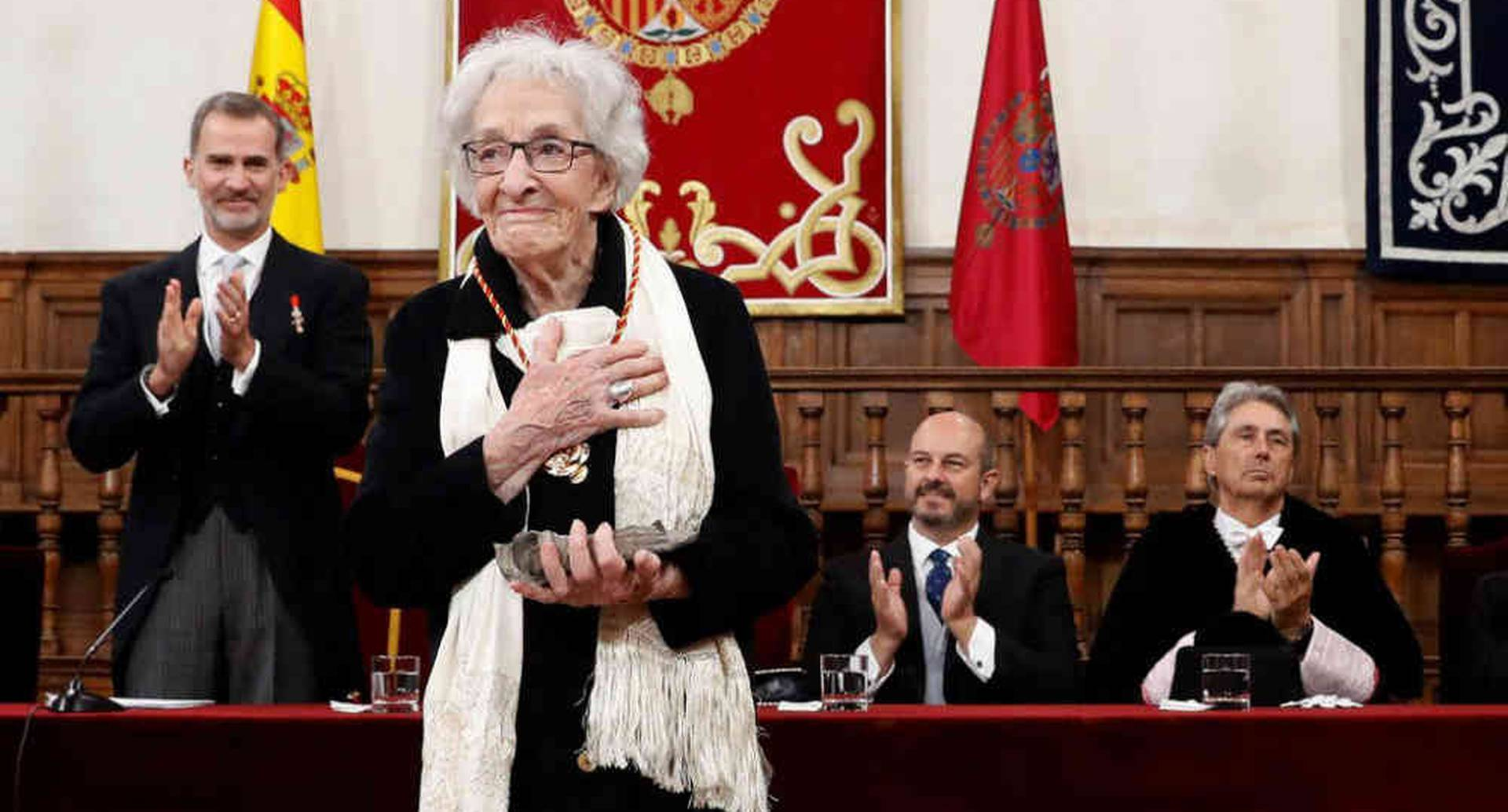 La poeta uruguaya Ida Vitale luego de recibir el Premio de Literatura Cervantes del Rey Felipe VI de España (izquierda), durante una ceremonia en la Universidad de Alcalá en Madrid el 23 de abril de 2019. Andrés Ballesteros / AFP