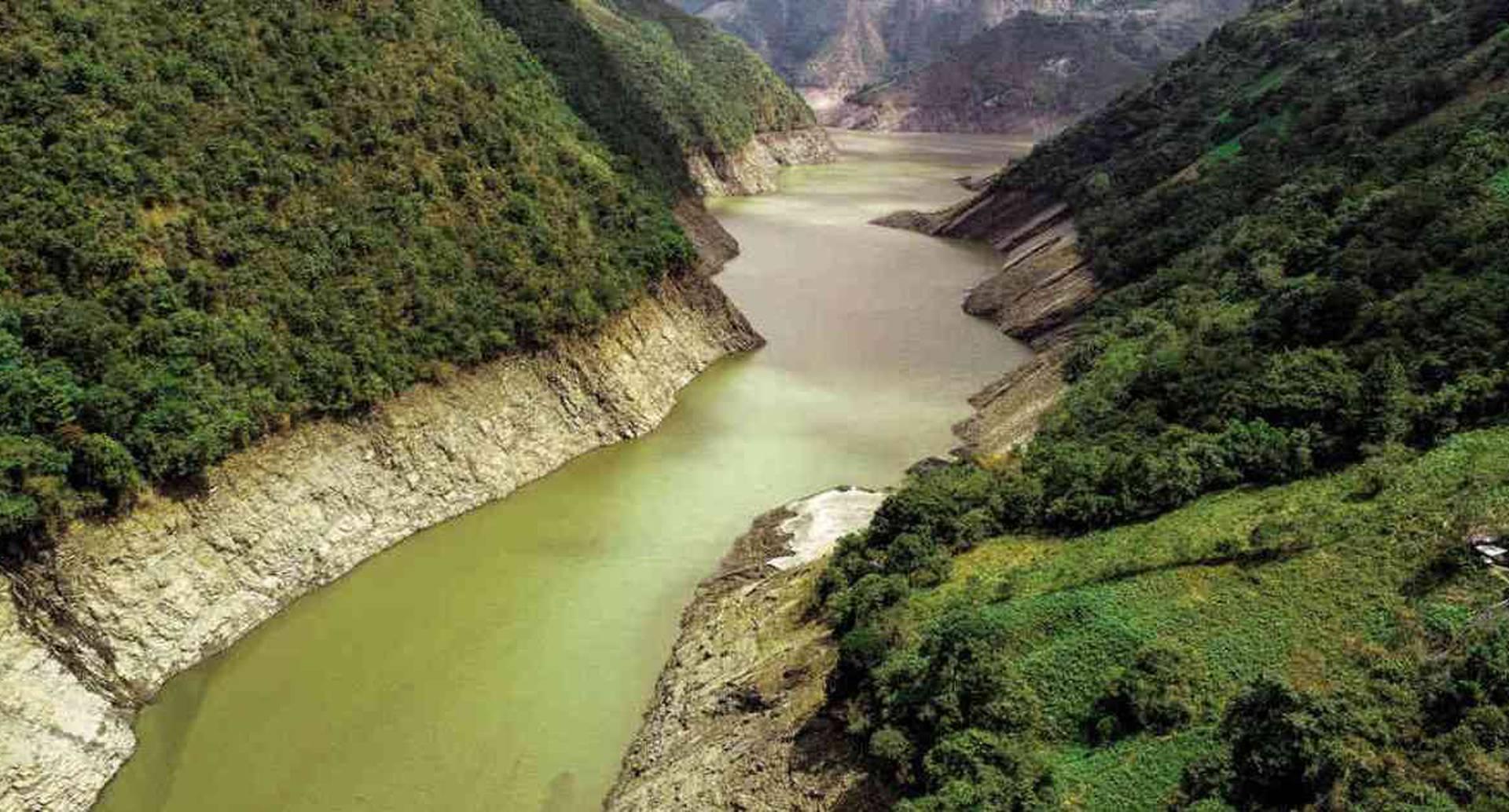 El embalse La Esmeralda se surte del río Batá. De este cuerpo de agua la compañía AES Chivor genera energía. Foto: Esteban Vega.