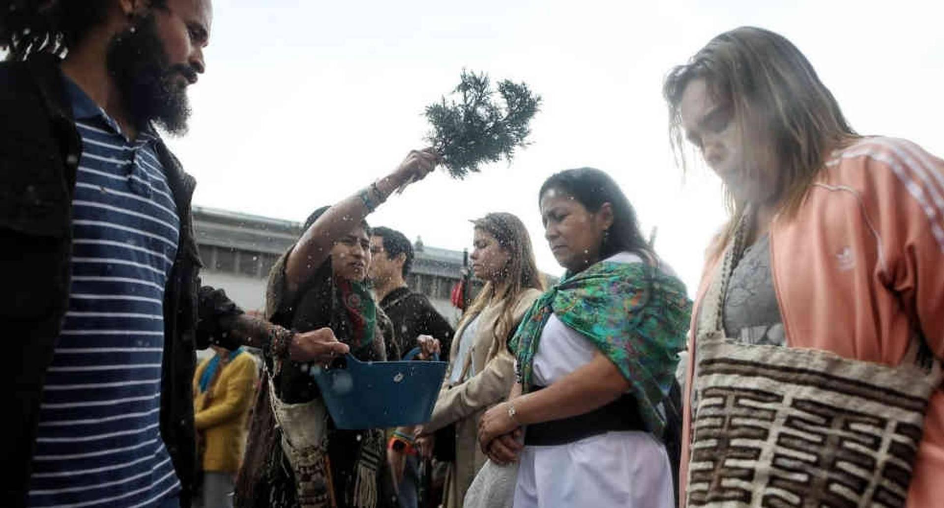 En el ritual participaron indígenas, funcionarios de la JEP y estudiantes de la Universidad Nacional. Foto: Esteban Vega/Semana