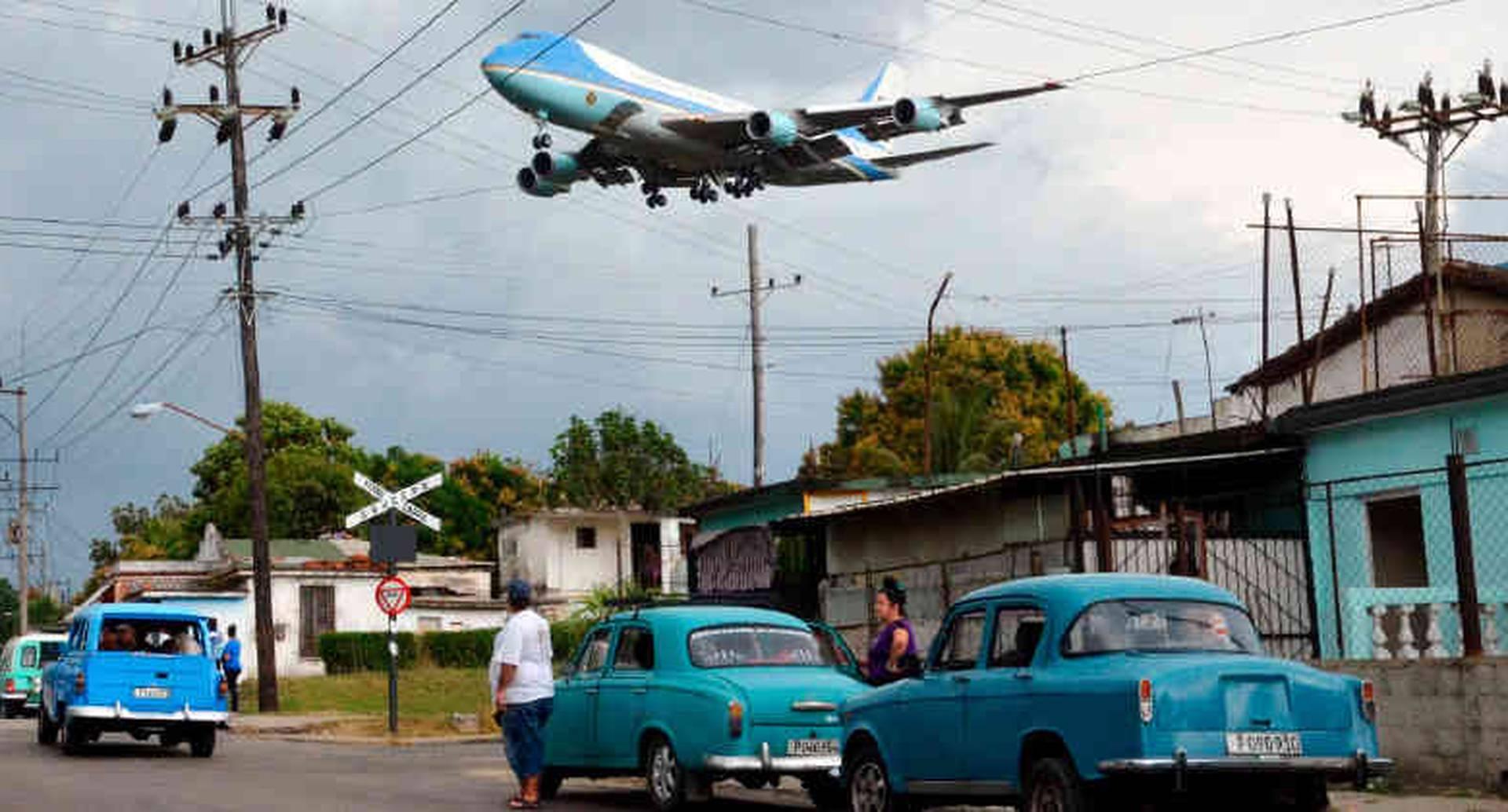 """El Air Force 1 en La Habana. Tras casi 60 años de  relaciones congeladas entre Estados Unidos y Cuba, el Air Force One llegó a La Habana el 20 de marzo con el presidente Barack Obama y su familia a bordo para la histórica visita a ese país, donde se reunió con su colega cubano Raúl Castro para acelerar los cambios de la """"posrevolución""""."""