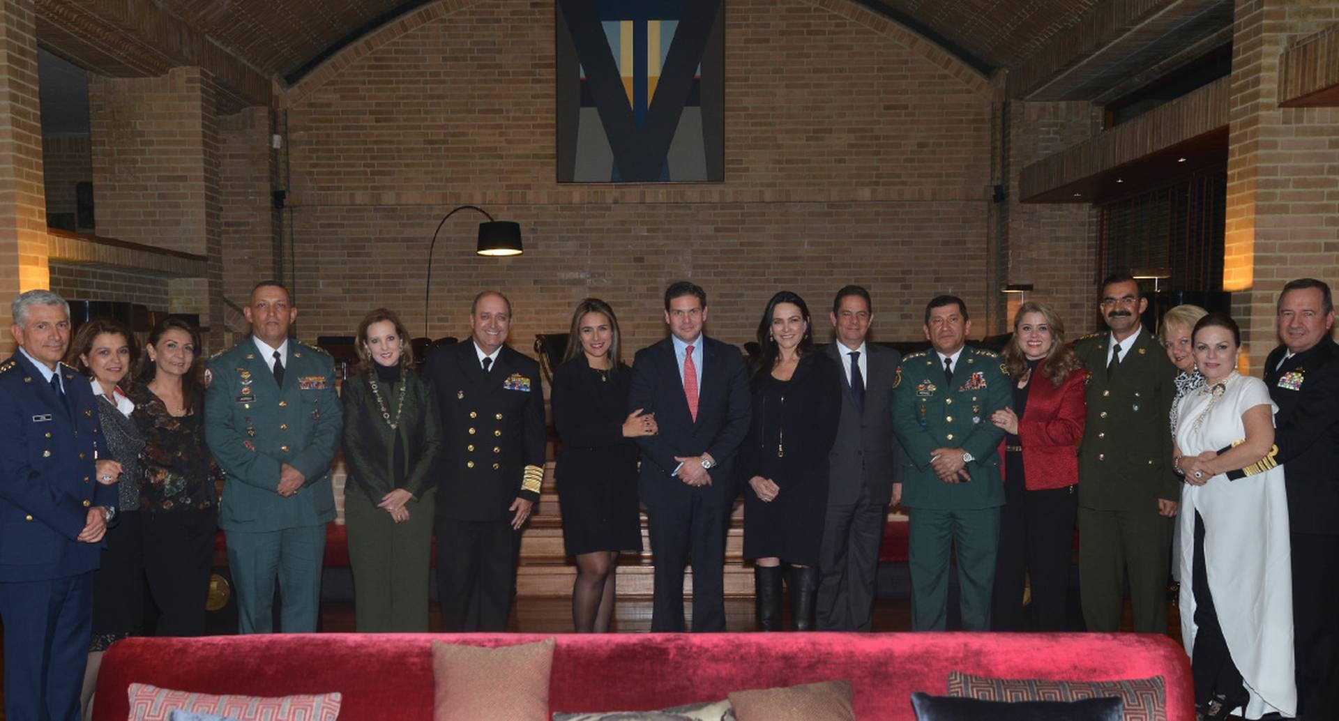 María del Pilar Lozano, Juan Carlos Pinzón, Luz María Zapata y Germán Vargas Lleras (en el centro) rodeados por miembros de la cúpula de las Fuerzas Armadas y sus esposas.