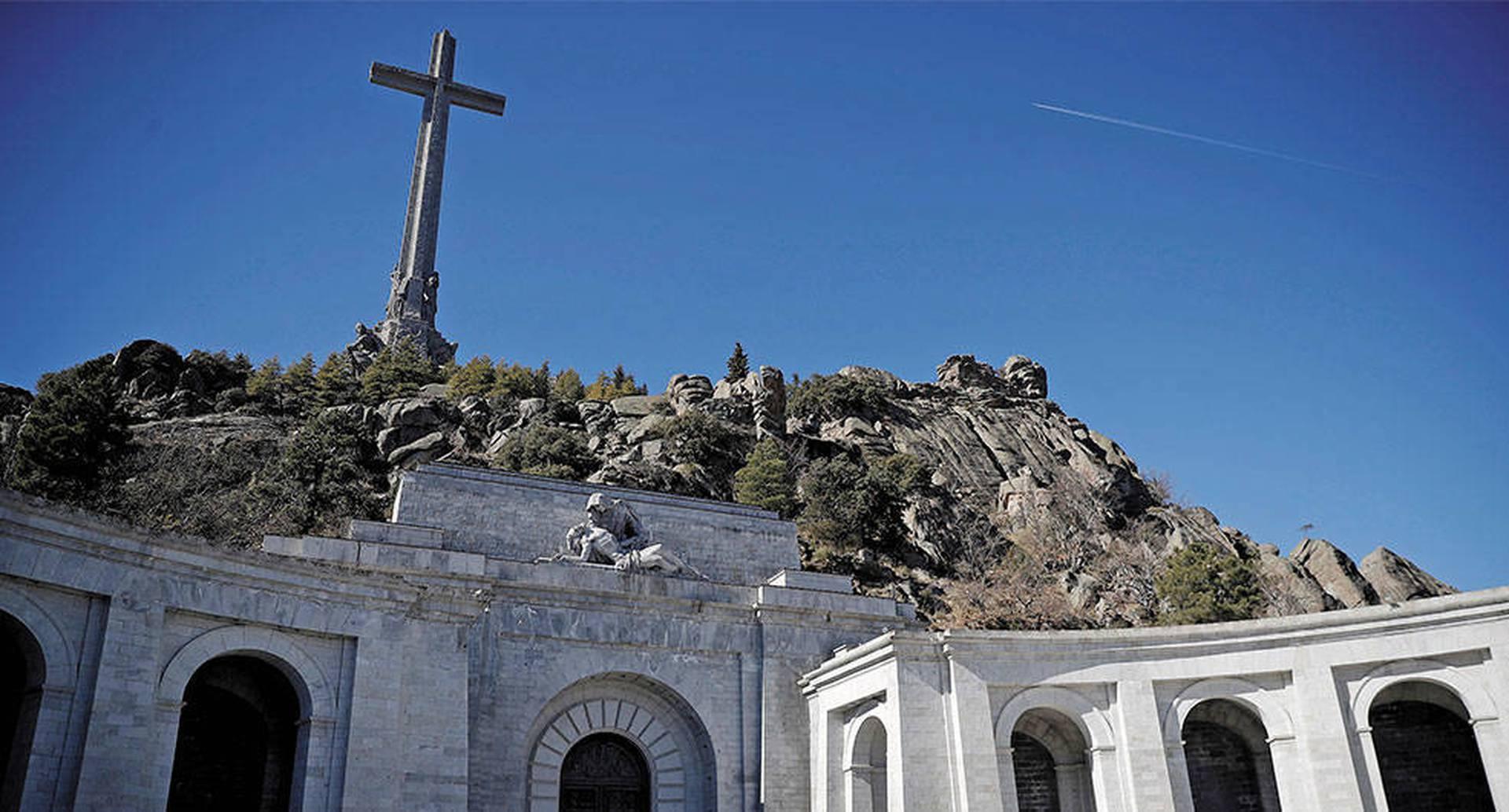 """El caudillo Francisco Franco ordenó construir el Valle de los Caídos en 1940. Allá los muertos del bando militar sublevado recibieron el tratamiento de """"mártires""""."""
