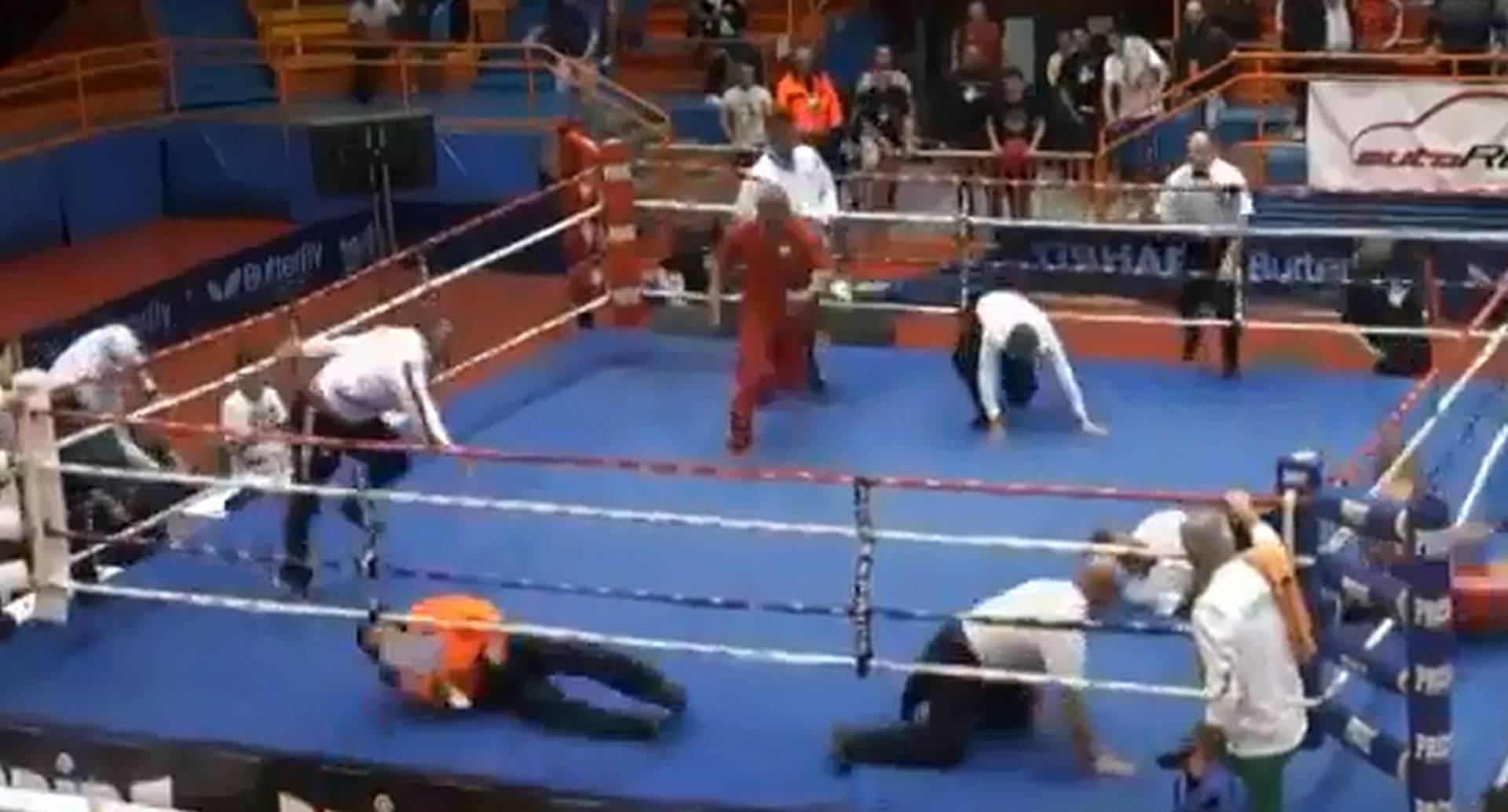 Un fotograma del video en el que un boxeador croata ataca al árbitro del encuentro.
