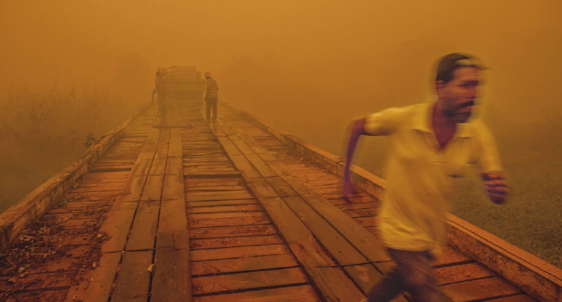 En Pantanal, Brasil, un hombre corre a sofocar los incendios.